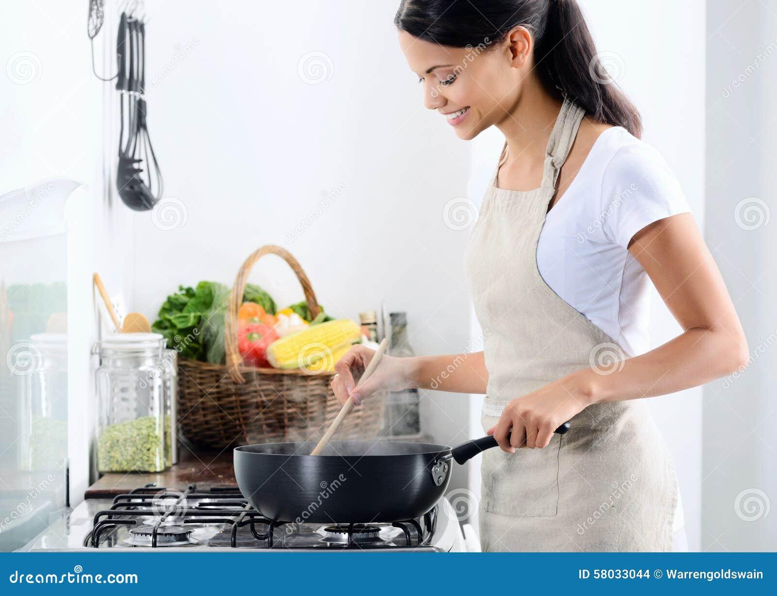 Cuoco unico domestico che cucina nella cucina