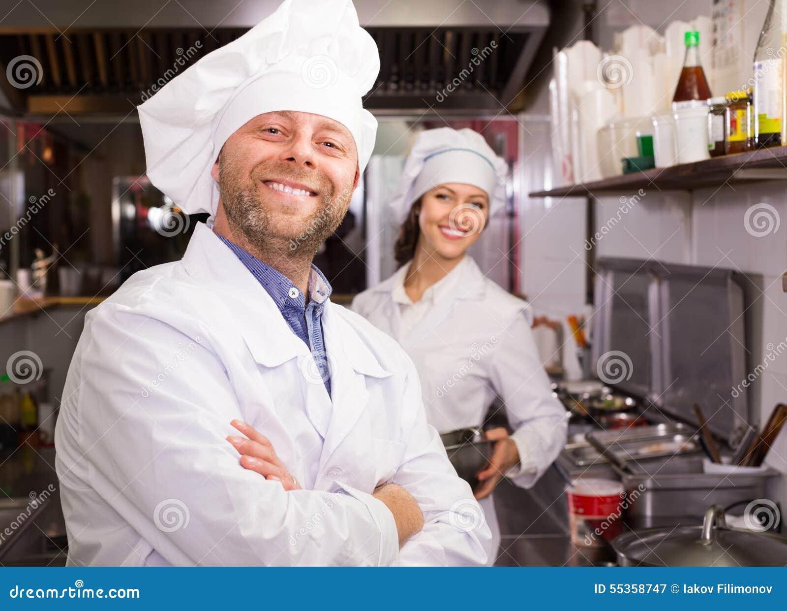 Cuoco unico ed il suo assistente alla cucina dei bistrot