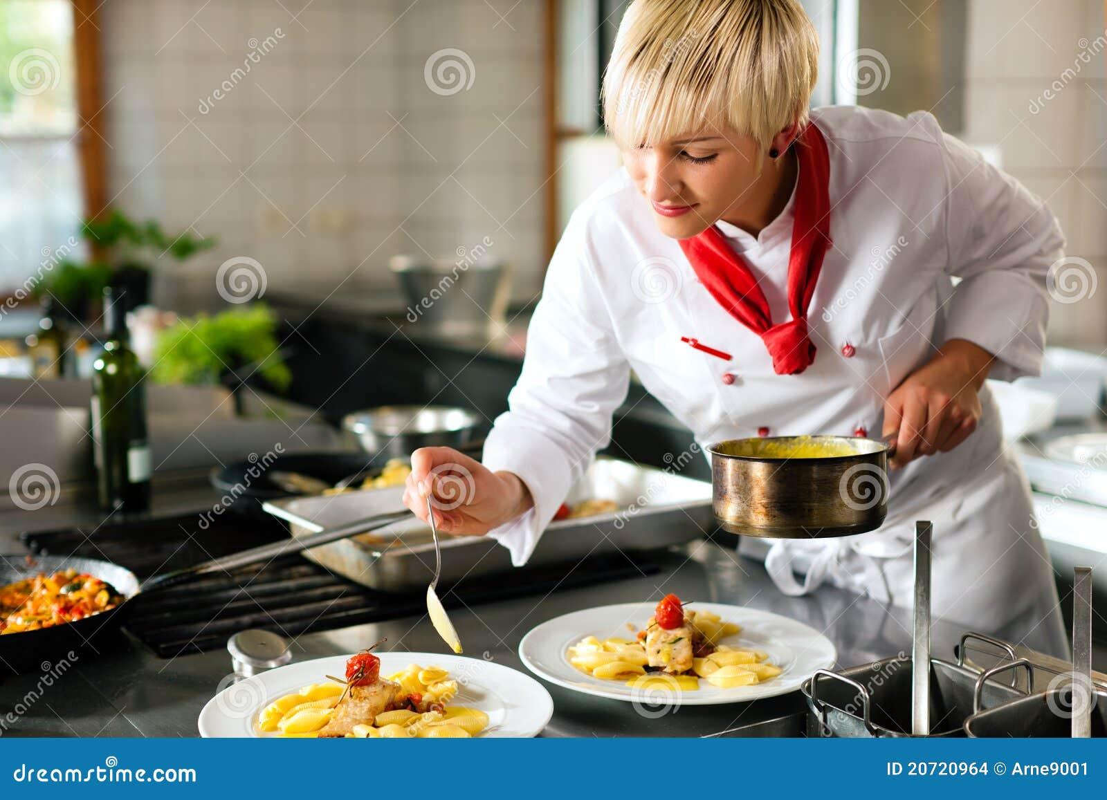 Cuoco unico femminile in un cooki della cucina dell hotel o del ristorante