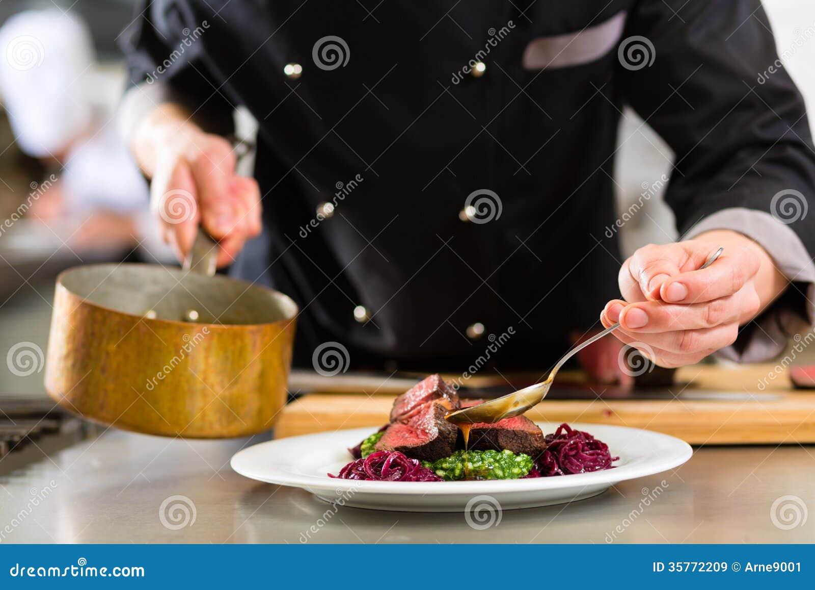Cuoco unico nella cottura della cucina del ristorante o dell hotel