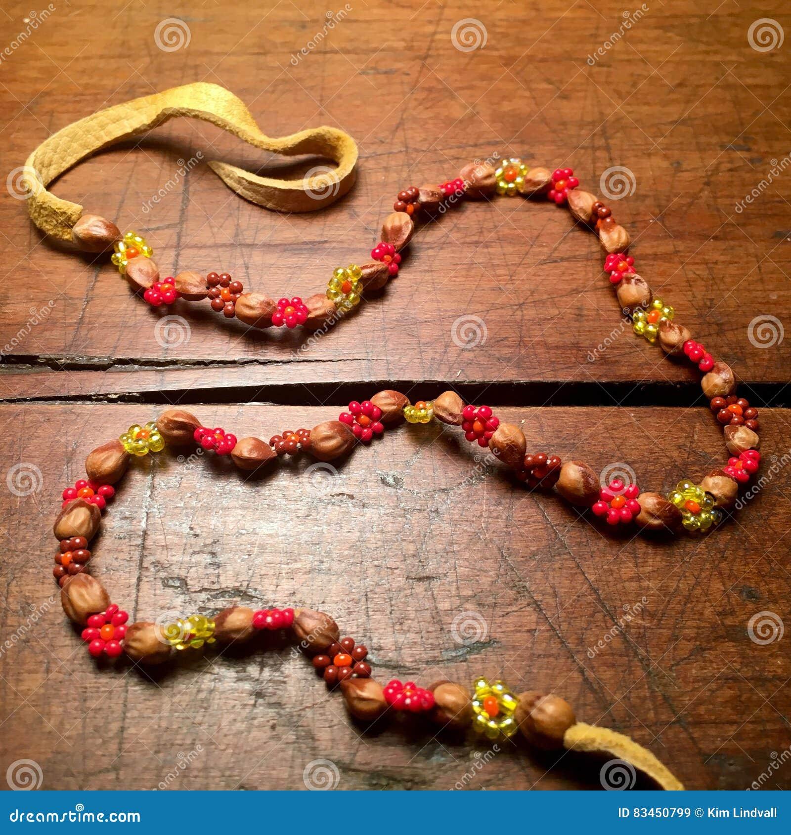 Cuoio d annata, perle e collana dei semi