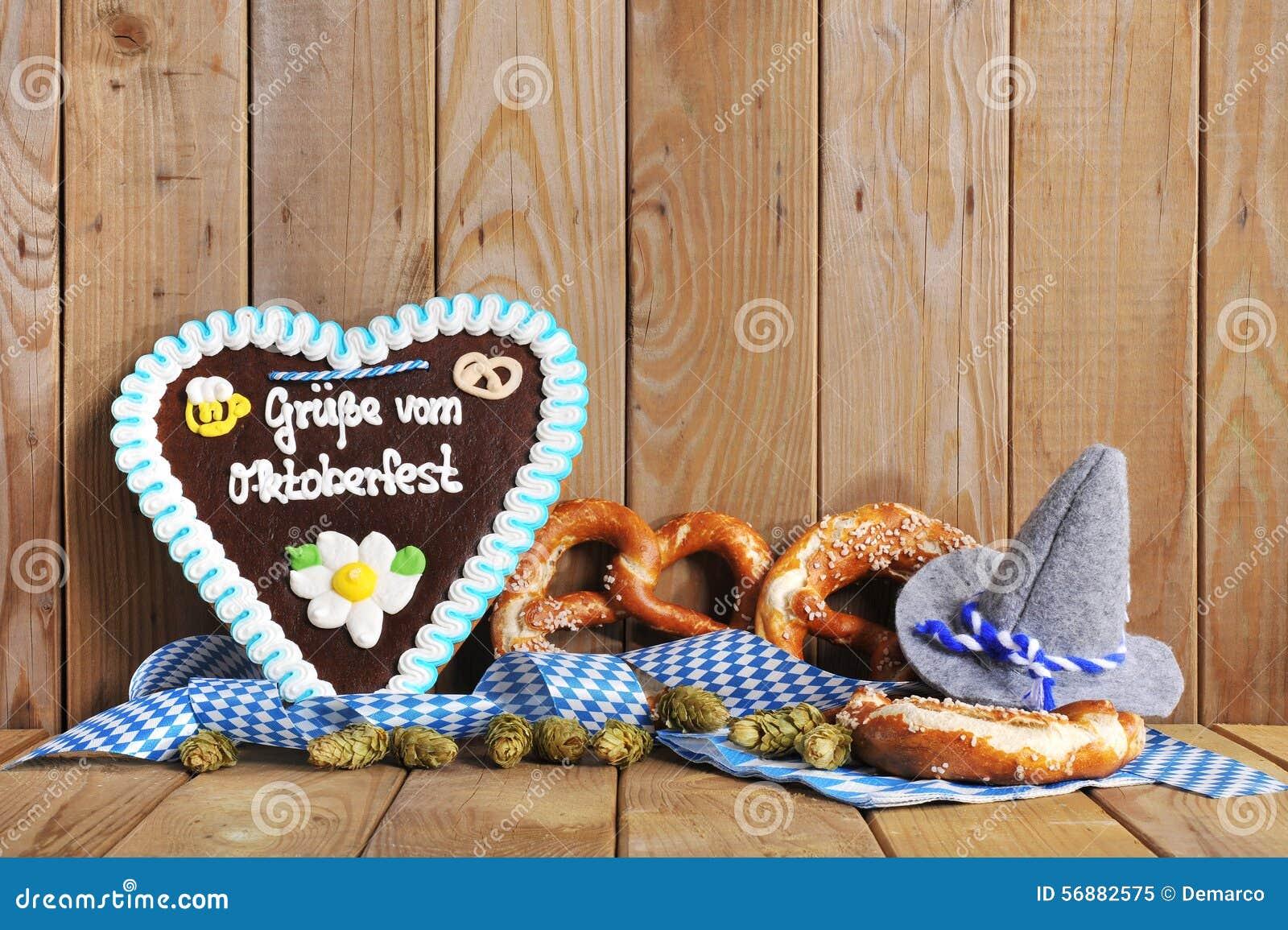 Cuore bavarese del pan di zenzero con le ciambelline salate molli