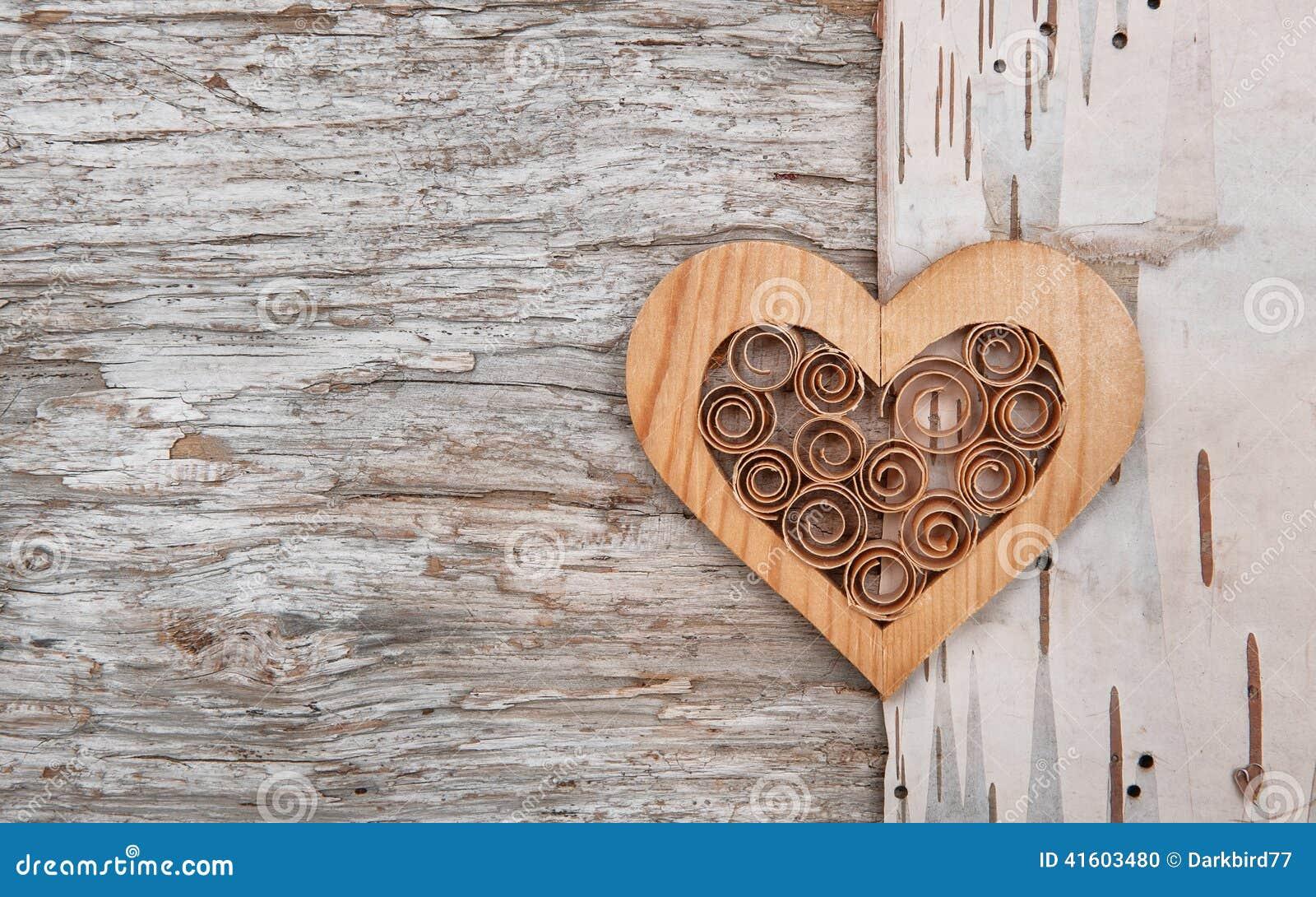 Cuore decorativo di legno sulla corteccia di betulla fotografia