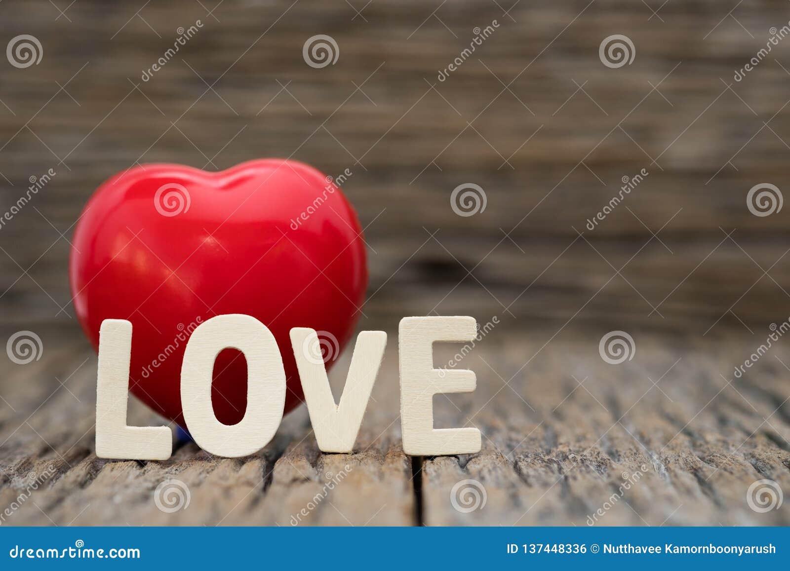 Cuore di immagine-Un e parola di amore su fondo di legno Giorno di biglietti di S. Valentino dello spazio della copia