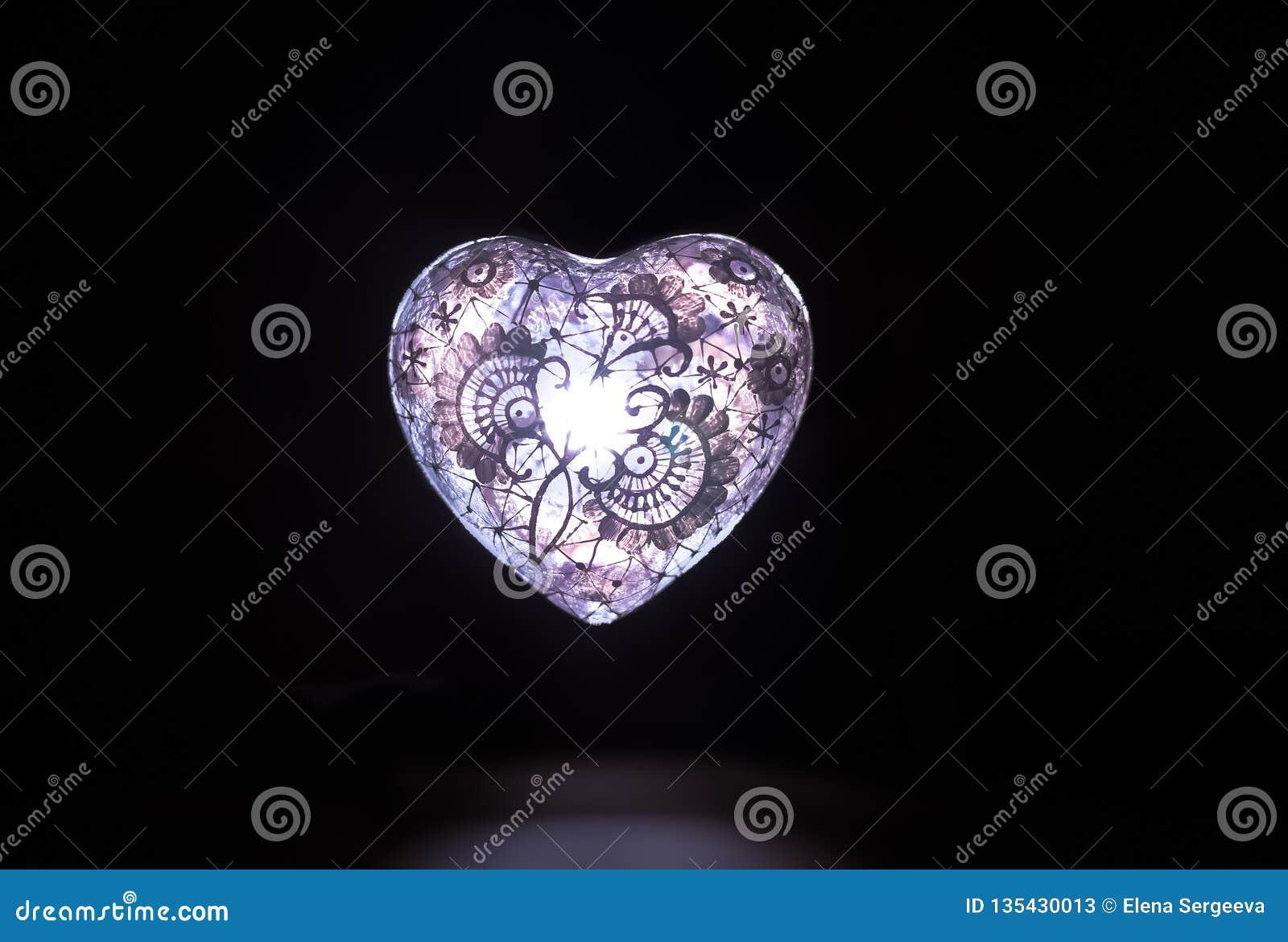 Cuore di vetro bianco della luce del cristallo nello scuro
