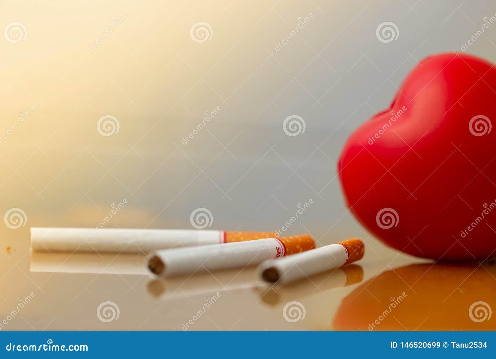 Cuore e sigarette rossi Sigaretta di fumo che distrugge salute Malattia cardiaca
