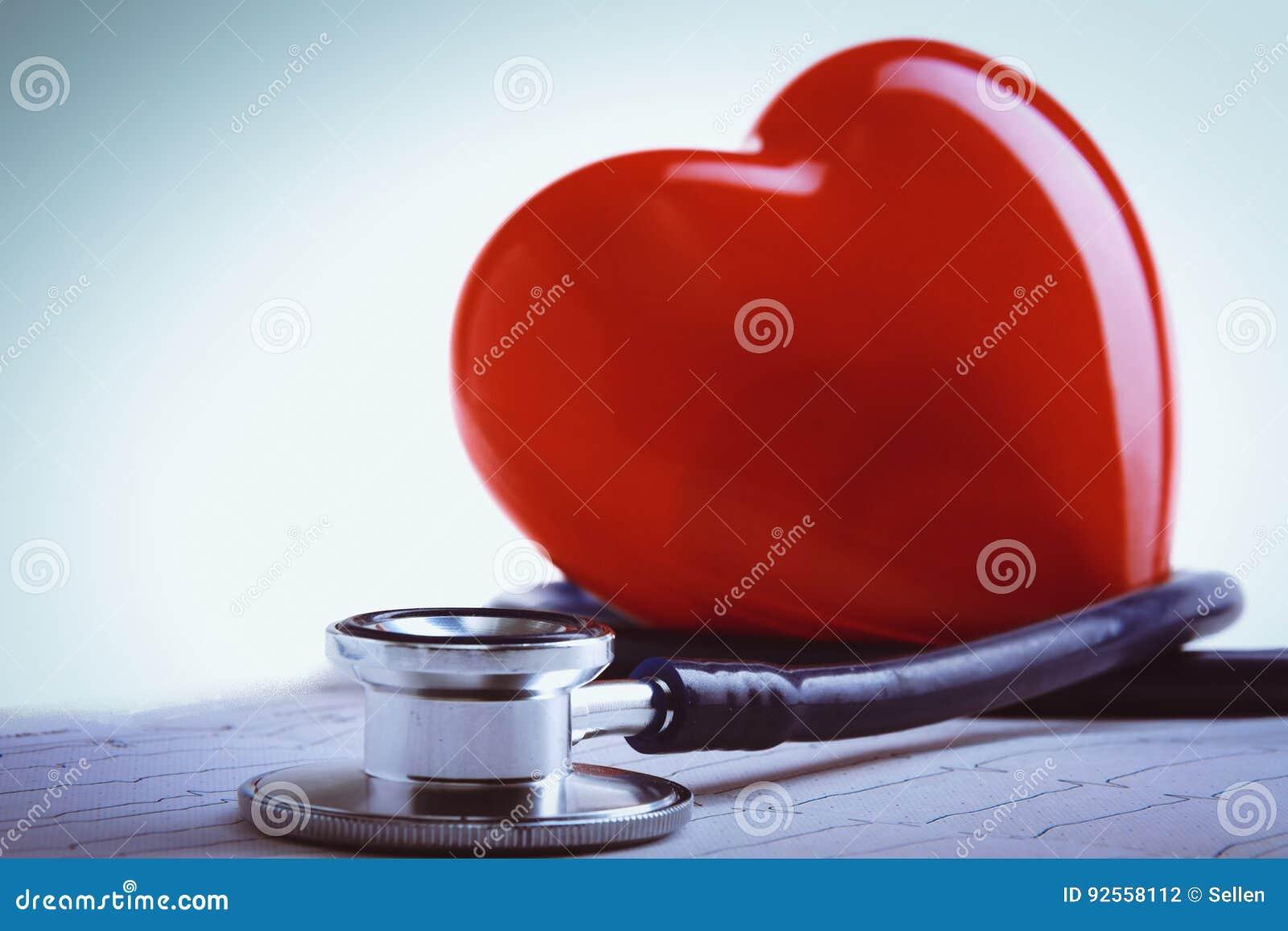 Cuore rosso e uno stetoscopio sullo scrittorio