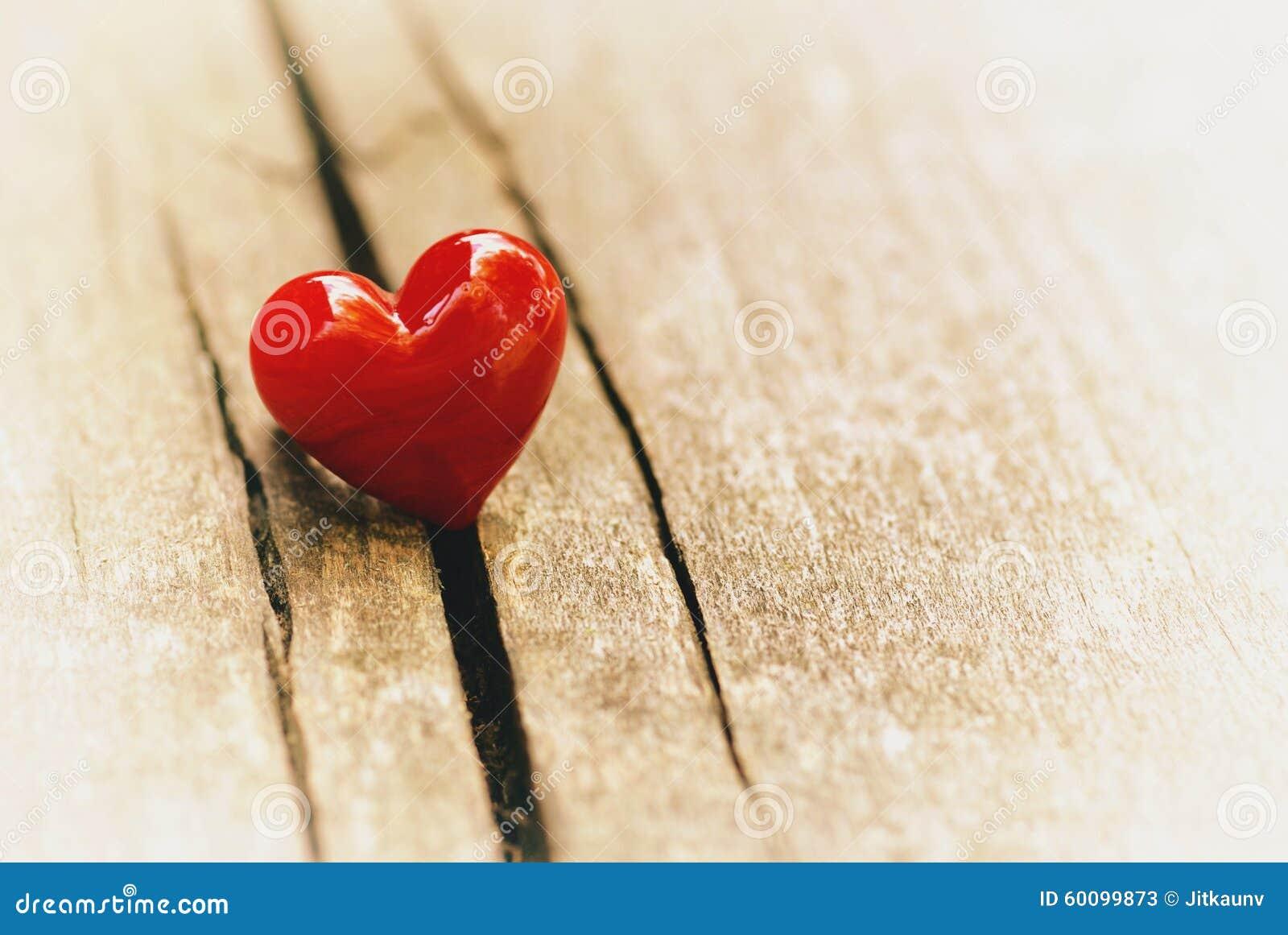 Cuore su fondo di legno decorazione di san valentino - Decorazione san valentino ...