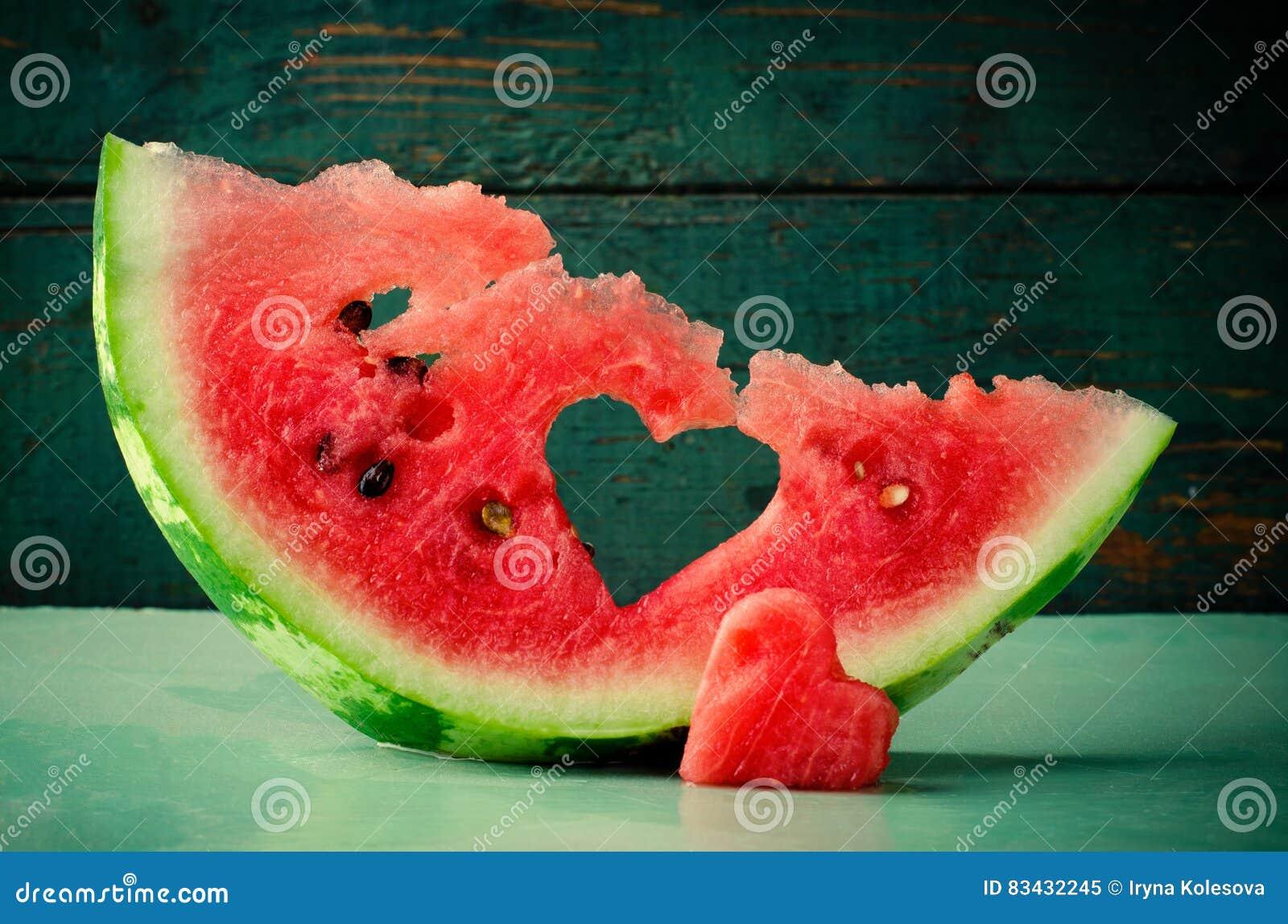 Cuore succoso fresco dell anguria al fondo di legno del turchese Biglietto di S. Valentino del san, cartolina d auguri di amore