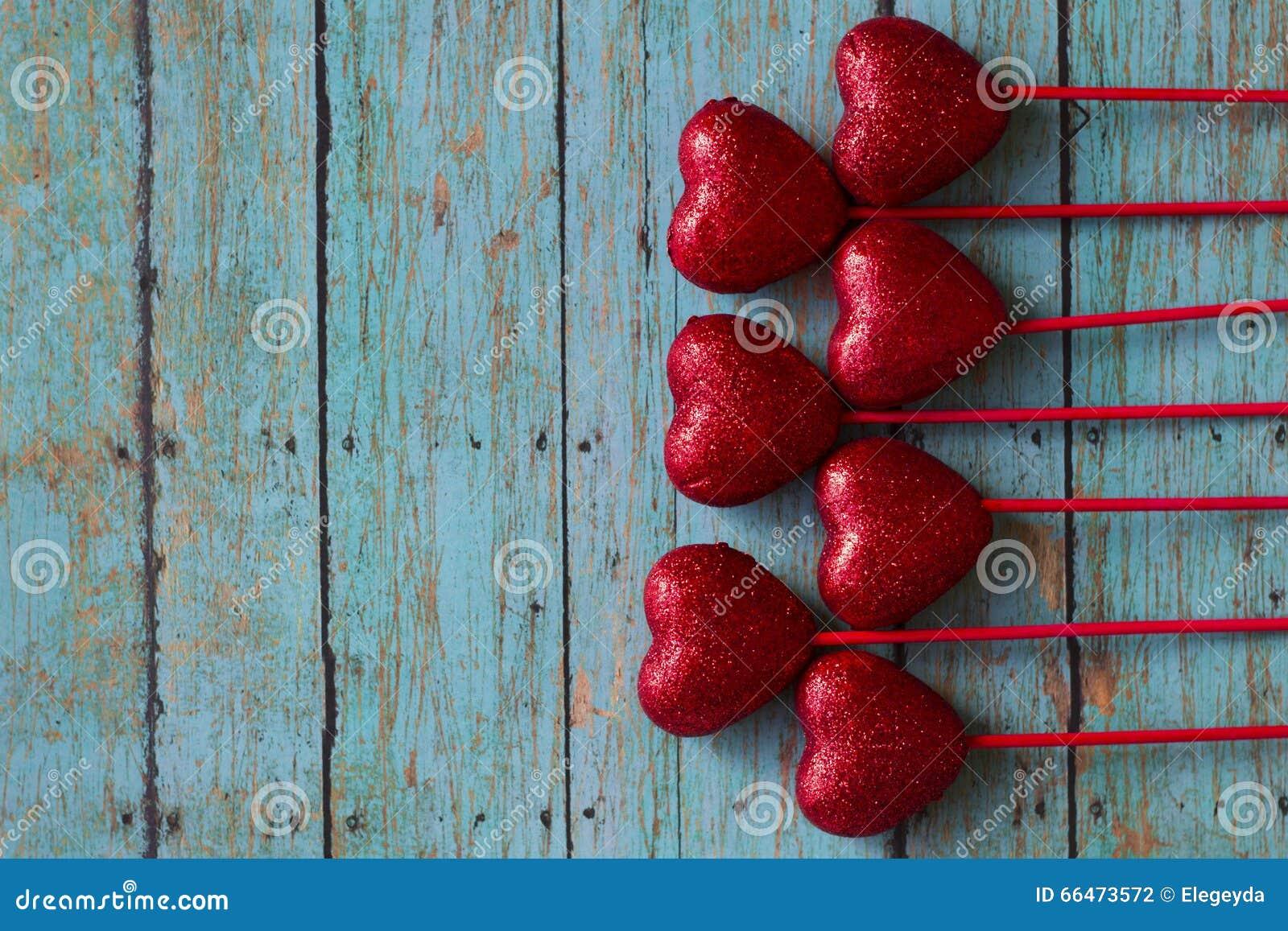 Cuori di rosso dei biglietti di S. Valentino
