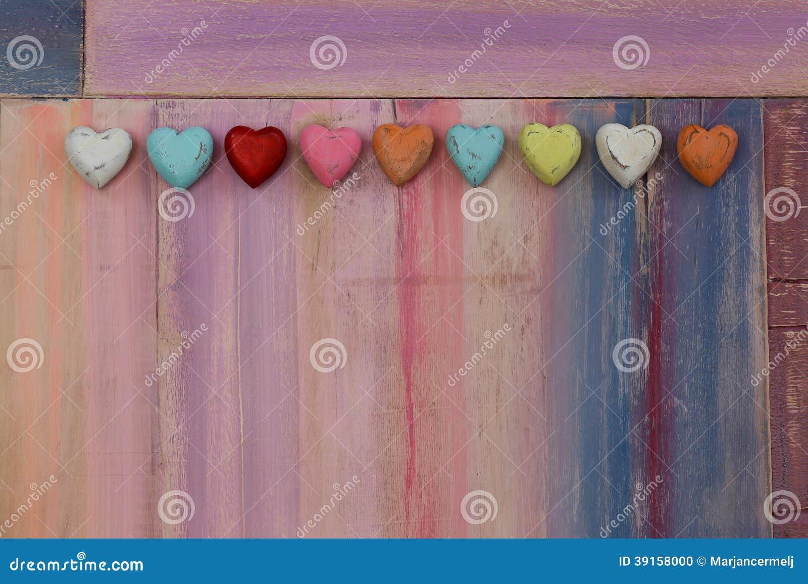 Cuori variopinti di amore sul bordo dipinto