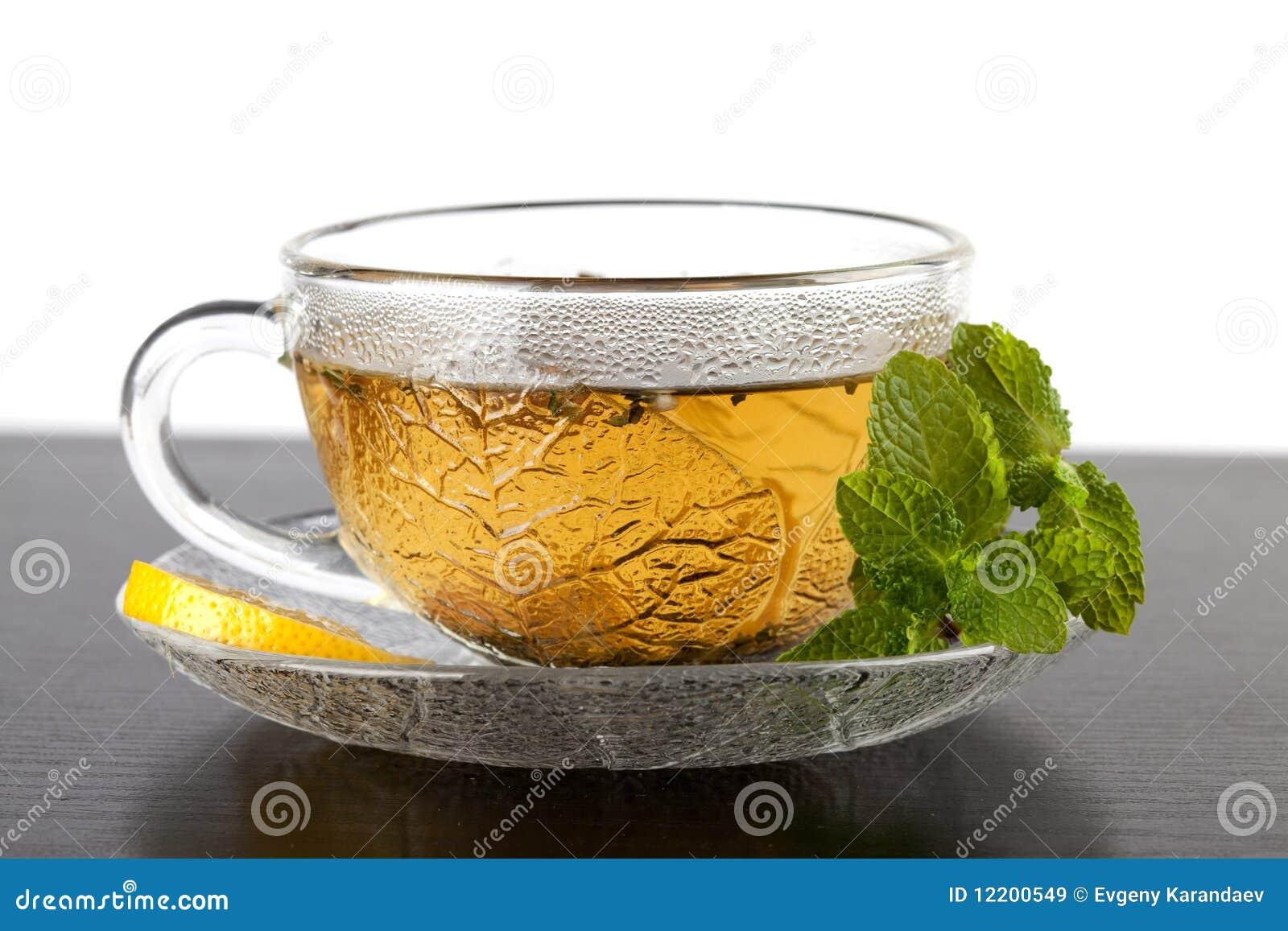 Cup grüner Tee mit Zitrone und Minze