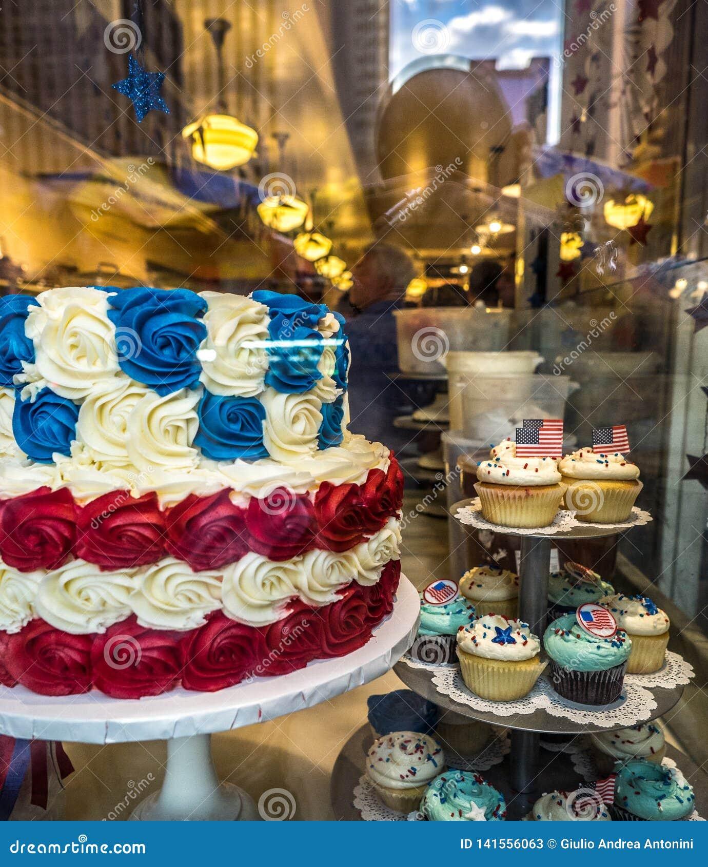 Cupcake και κέικ με τα χρώματα της αμερικανικής σημαίας