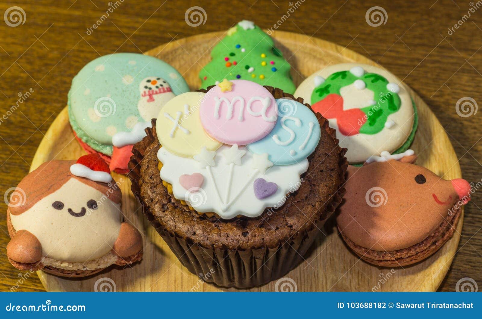 Cupcake και Macarons με τις καλές διακοσμήσεις Χριστουγέννων κατά τη διάρκεια του φεστιβάλ Χριστουγέννων