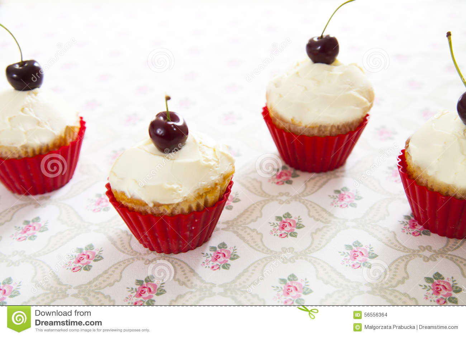 Download Cupcakes στοκ εικόνες. εικόνα από κέικ, cupcake, κεράσια - 56556364