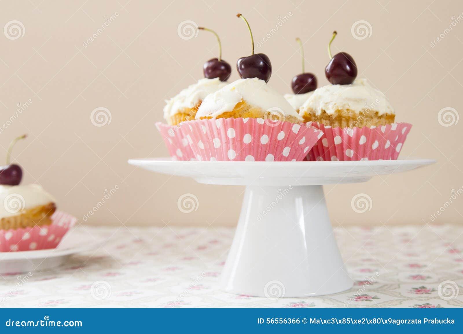 Download Cupcakes στοκ εικόνες. εικόνα από κρέμα, καλύμματα, γλυκά - 56556366