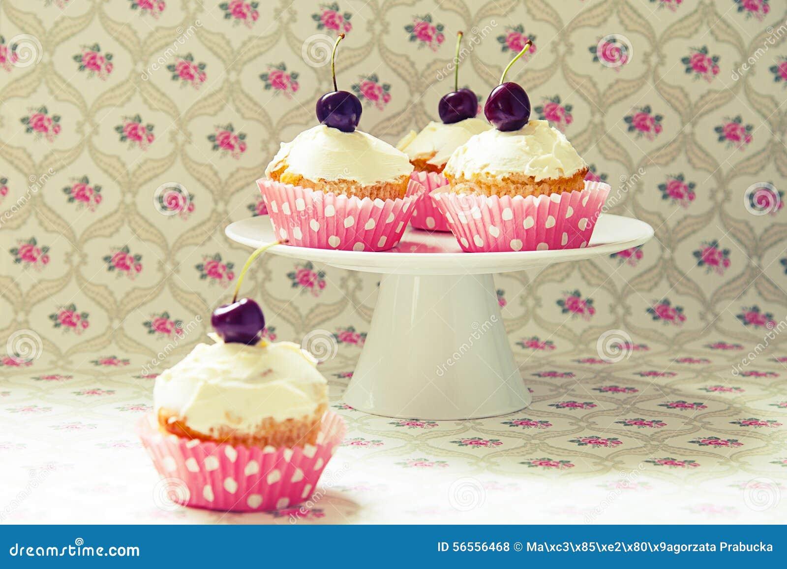 Download Cupcakes στοκ εικόνες. εικόνα από κρέμα, τήξη, τρόφιμα - 56556468