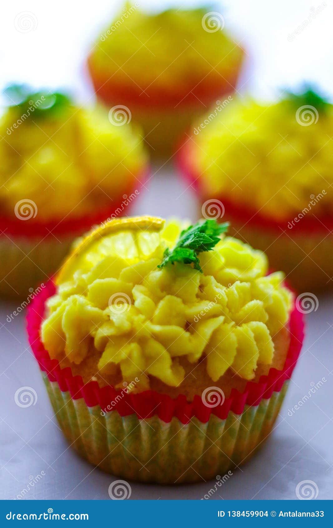 Cupcakes met een citroen cupcake bij de voor, ondiepe nadruk, nadruk op citroen buttercream