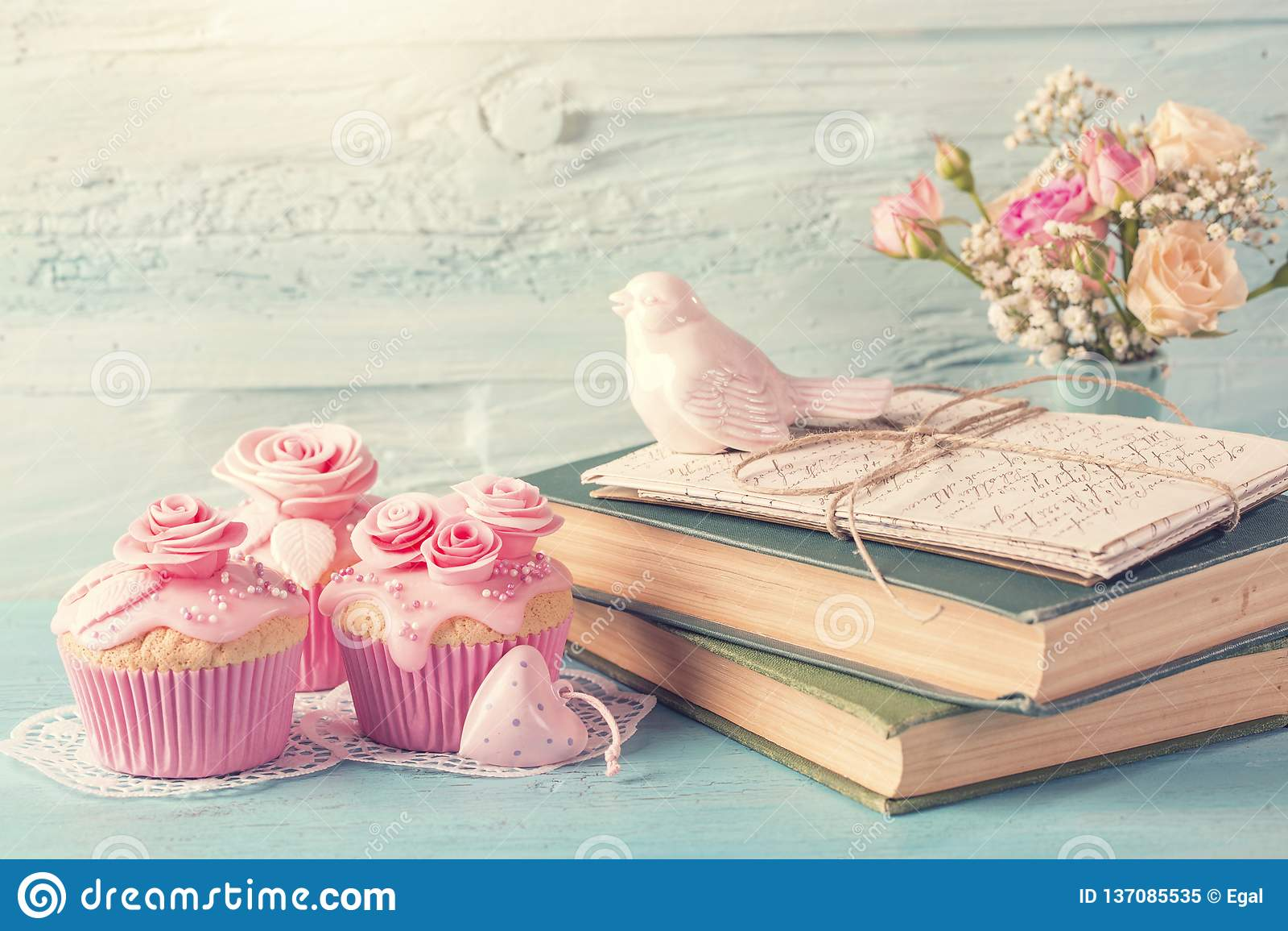 Cupcakes met roze bloemen