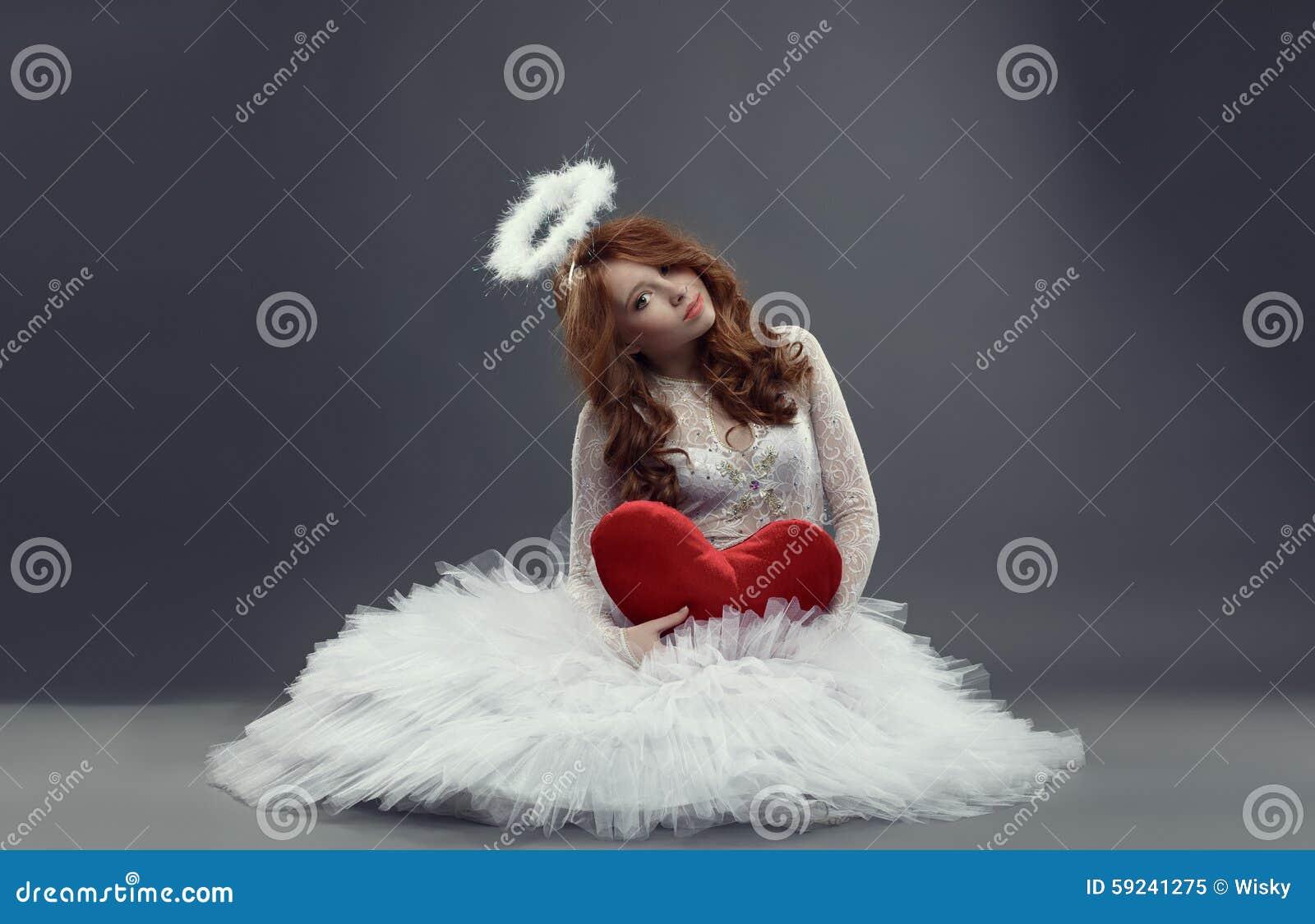 Download Cupido Femenino Muchacha En Traje Del ángel Con El Corazón Imagen de archivo - Imagen de hermoso, inocencia: 59241275