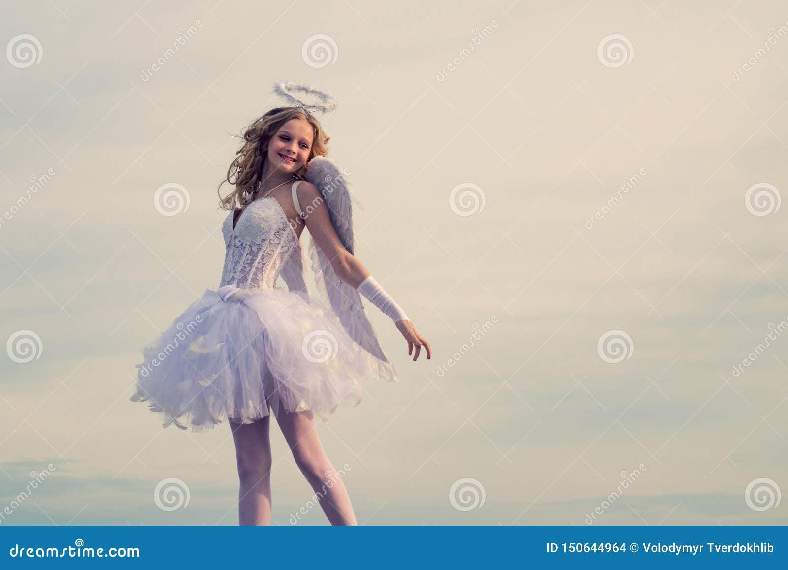 Cupidon dans le Saint Valentin Carte d amour Petite fille boucl?e de charme dans la robe et des ailes blanches - fille de cupidon