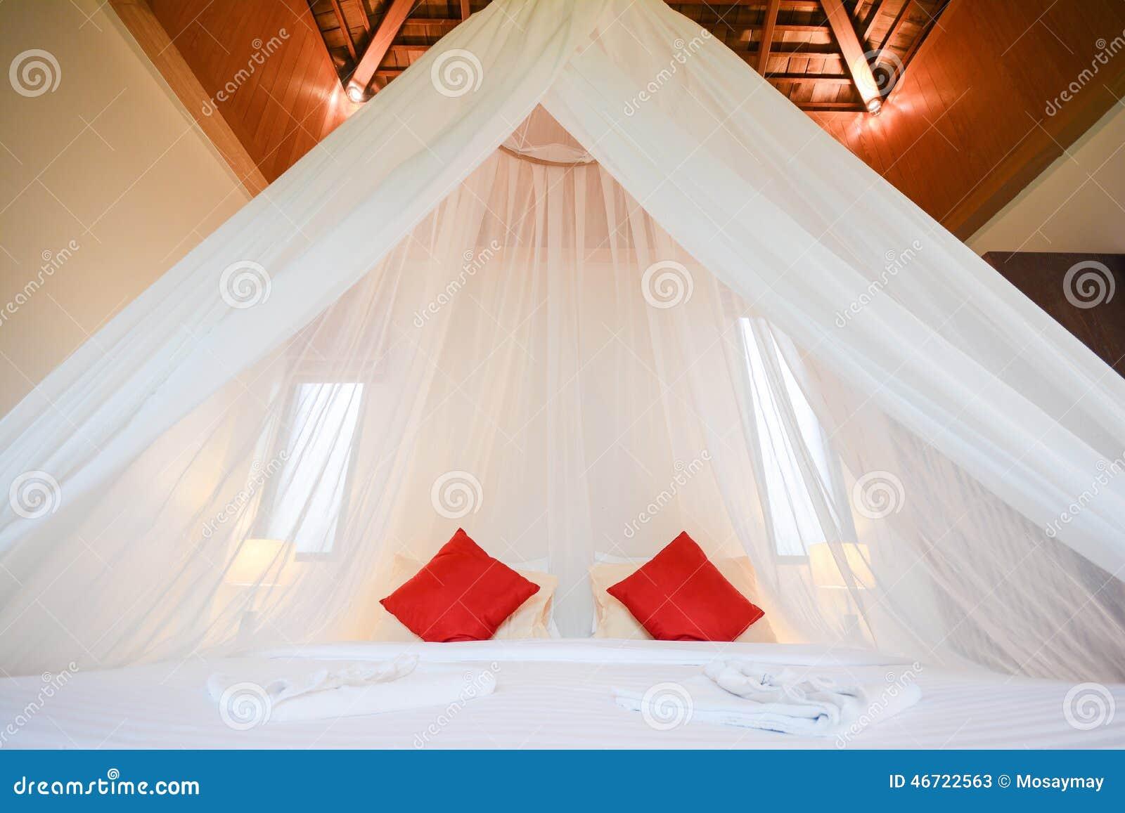 Cupola netta bianca sopra il letto stanza romantica for Stanza sopra il garage