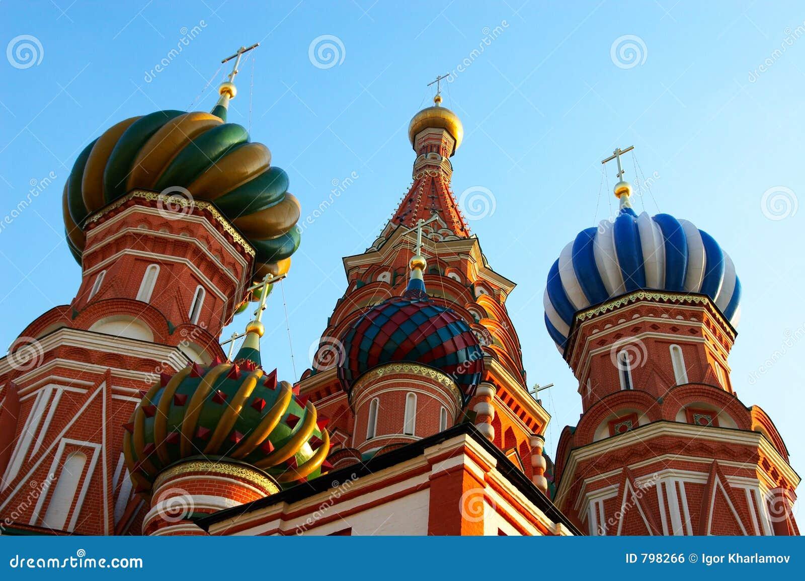 Cupole del museo e del Kremlin di storia a Suare rosso a Mosca.
