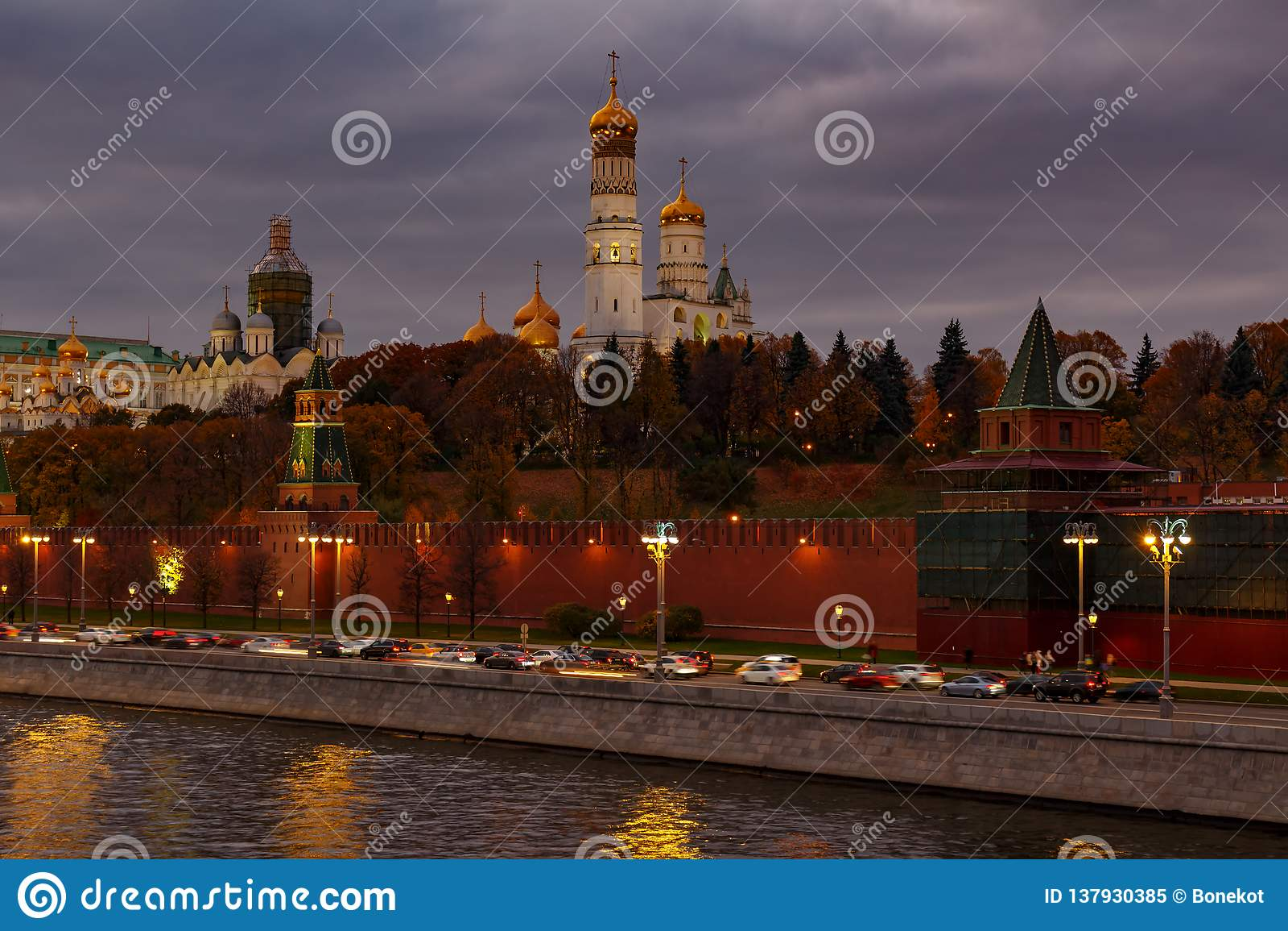 Cupole dorate delle chiese in Cremlino di Mosca contro il cielo nuvoloso drammatico nella sera