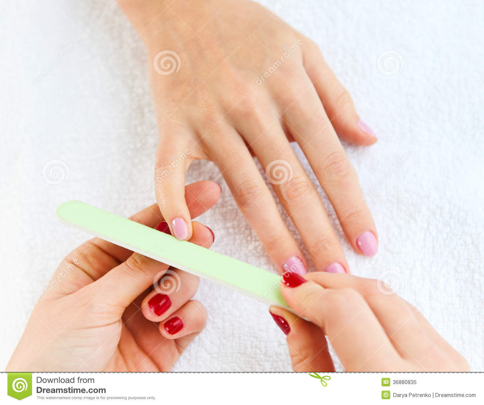 Download Cura Delicata Delle Unghie Nel Salone Di Bellezza Immagine Stock - Immagine di barretta, ragazza: 36880835