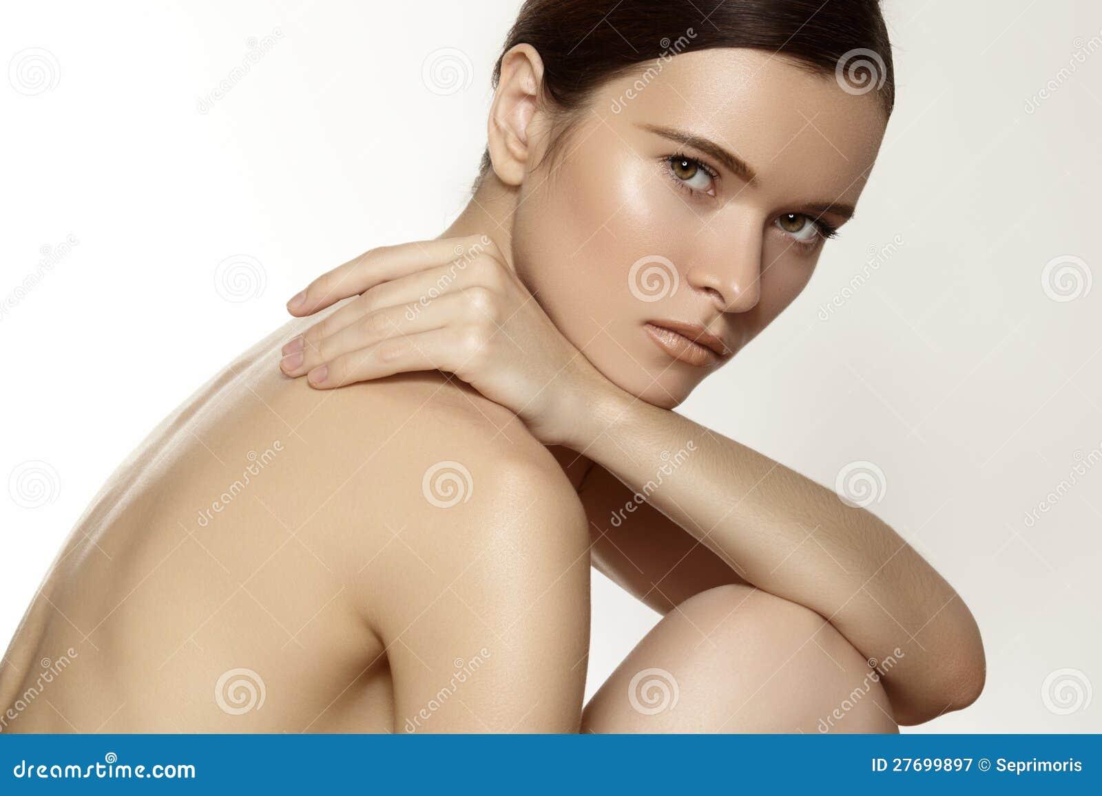 Cura della stazione termale, di benessere & del corpo. Modelli con trucco morbido puro del giorno & della pelle