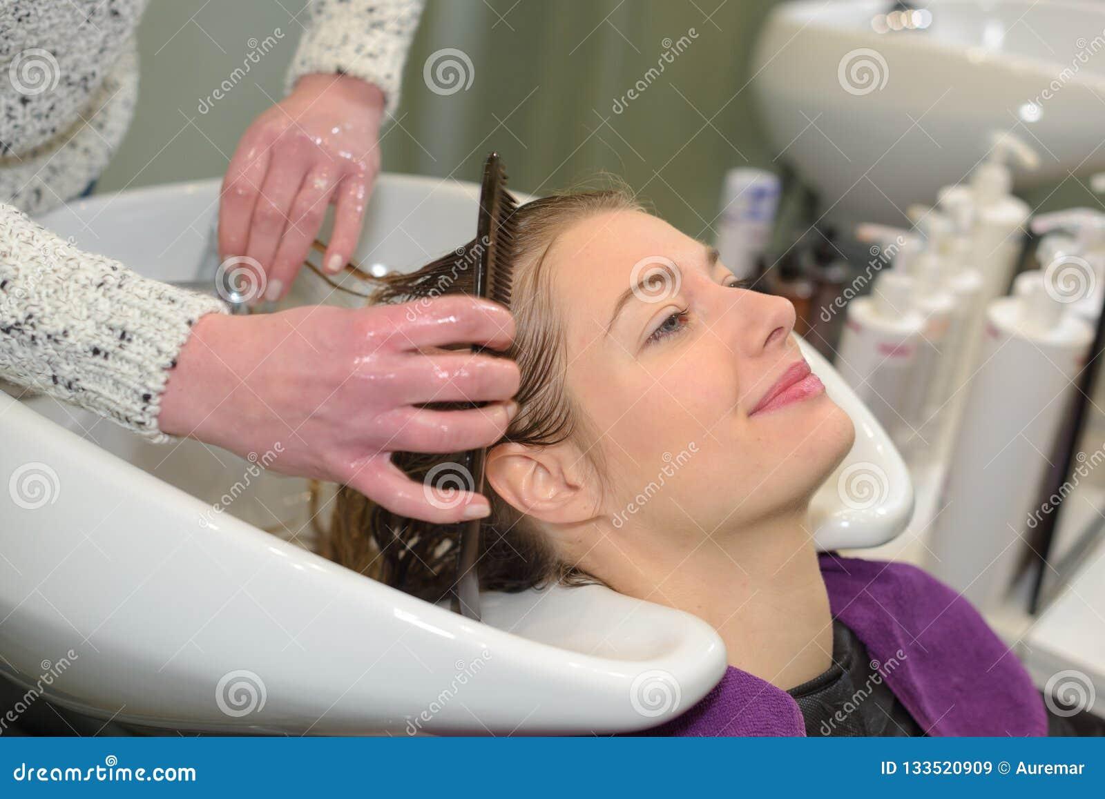 Cura di capelli nel salone moderno della stazione termale