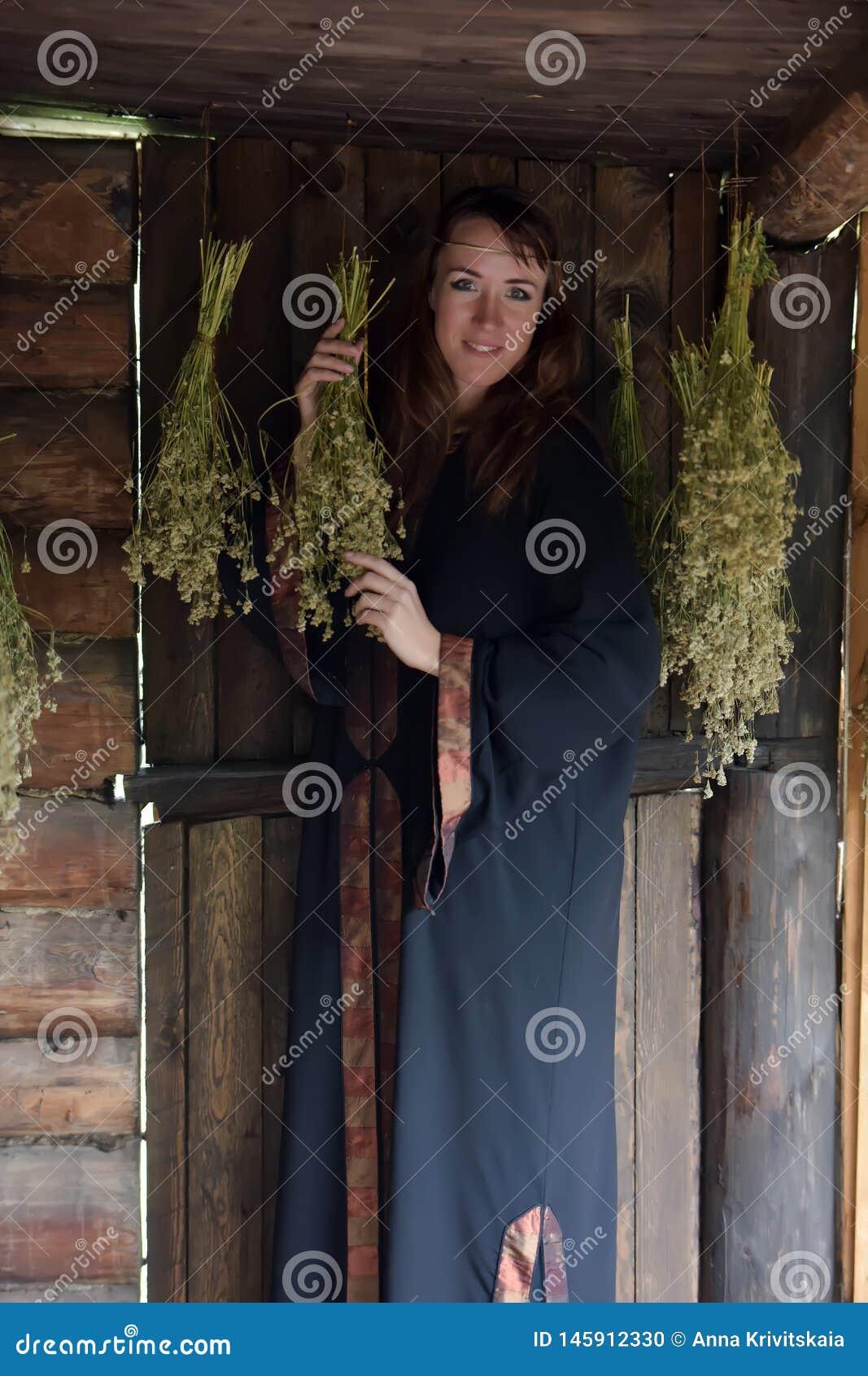 Curador con las hierbas secadas