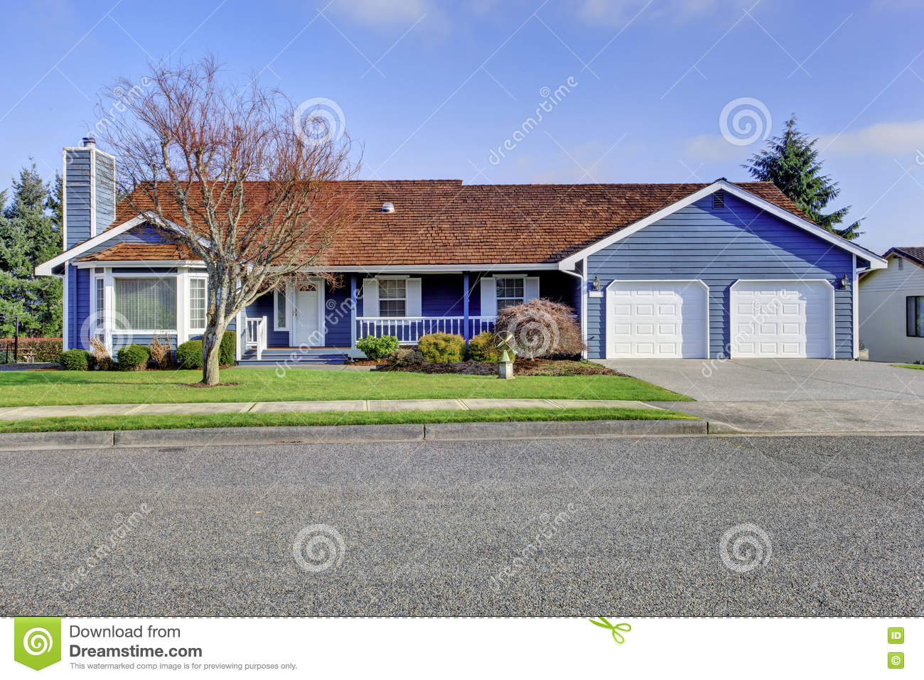 Curb appeal one level american house with blue and white - White house with blue trim ...