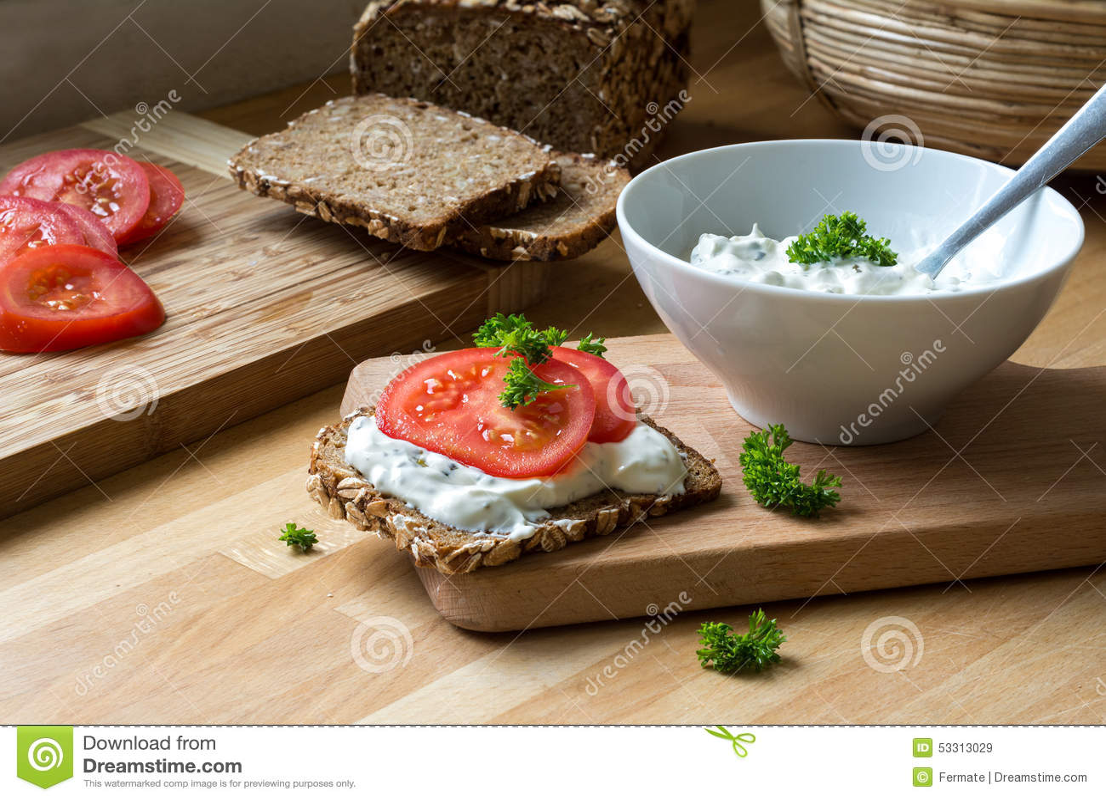 Curd serowy upad z ziele i nieociosanym wholegrain chlebem z tom