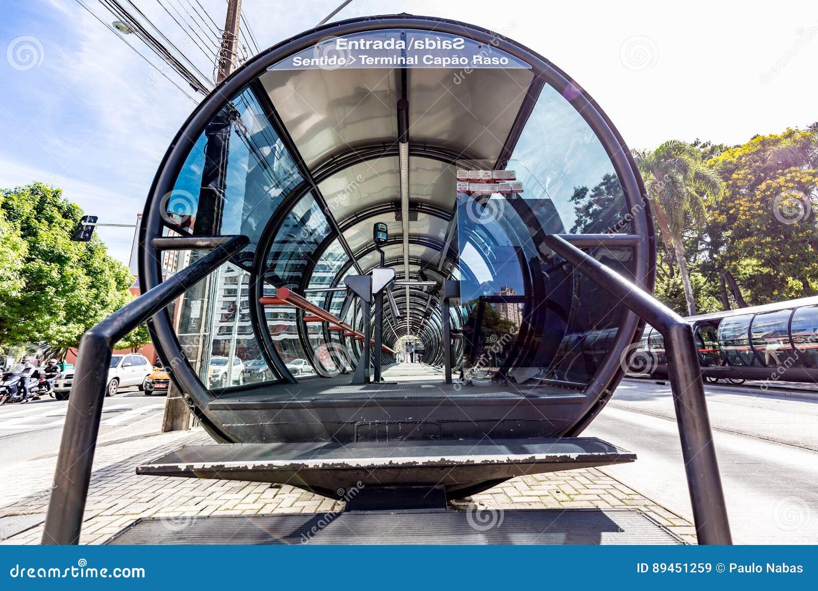 CURITIBA, PARANA/BRAZIL - 27-ОЕ ДЕКАБРЯ 2016: Автобусная остановка