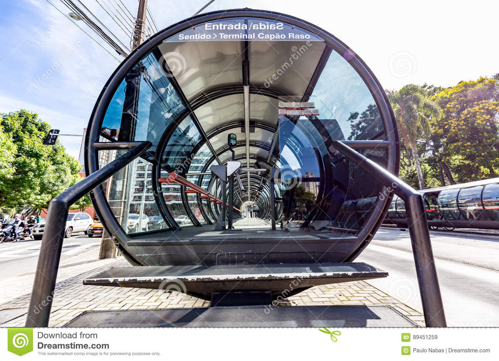 CURITIBA, PARANA/BRAZIL - 27 DE DEZEMBRO DE 2016: Parada do ônibus