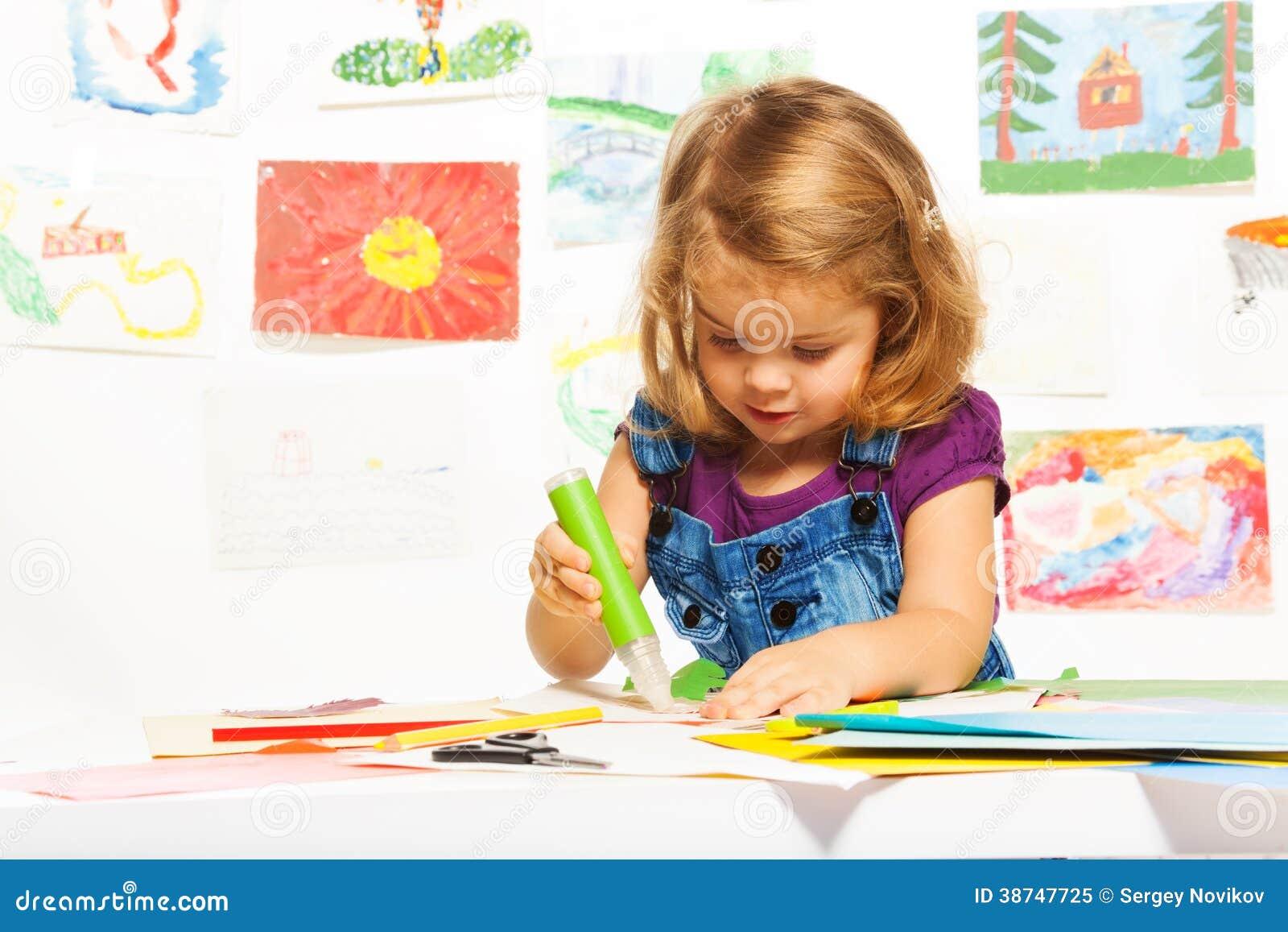 Дети делают поделки