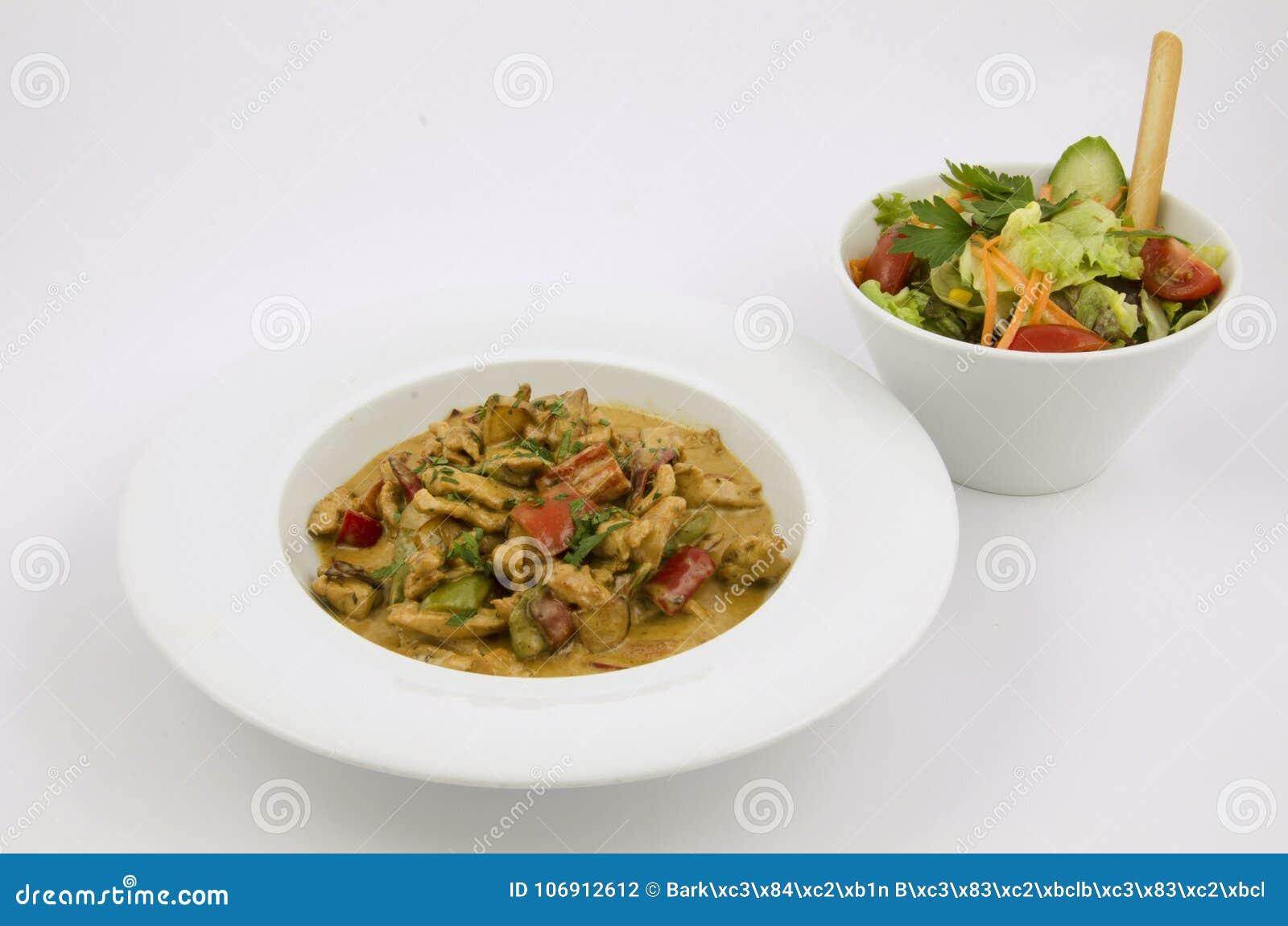 Curry ego kumberland na talerzu kurczak z warzywami na białym tle