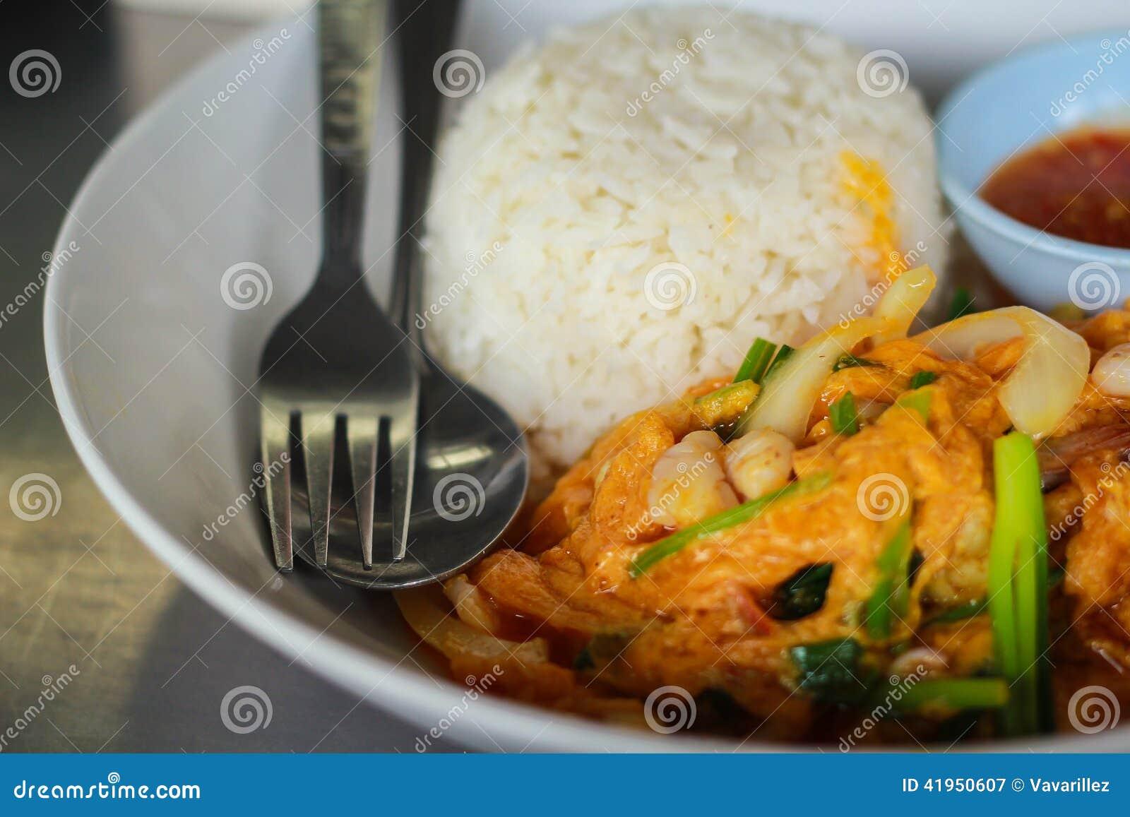 Curry ego proszka smażąca garnela, kałamarnica ryż/