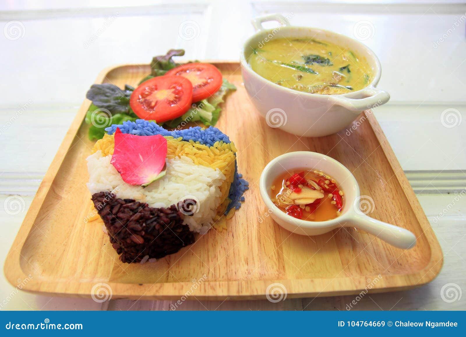 Curry tailandés del verde del pollo con arroz