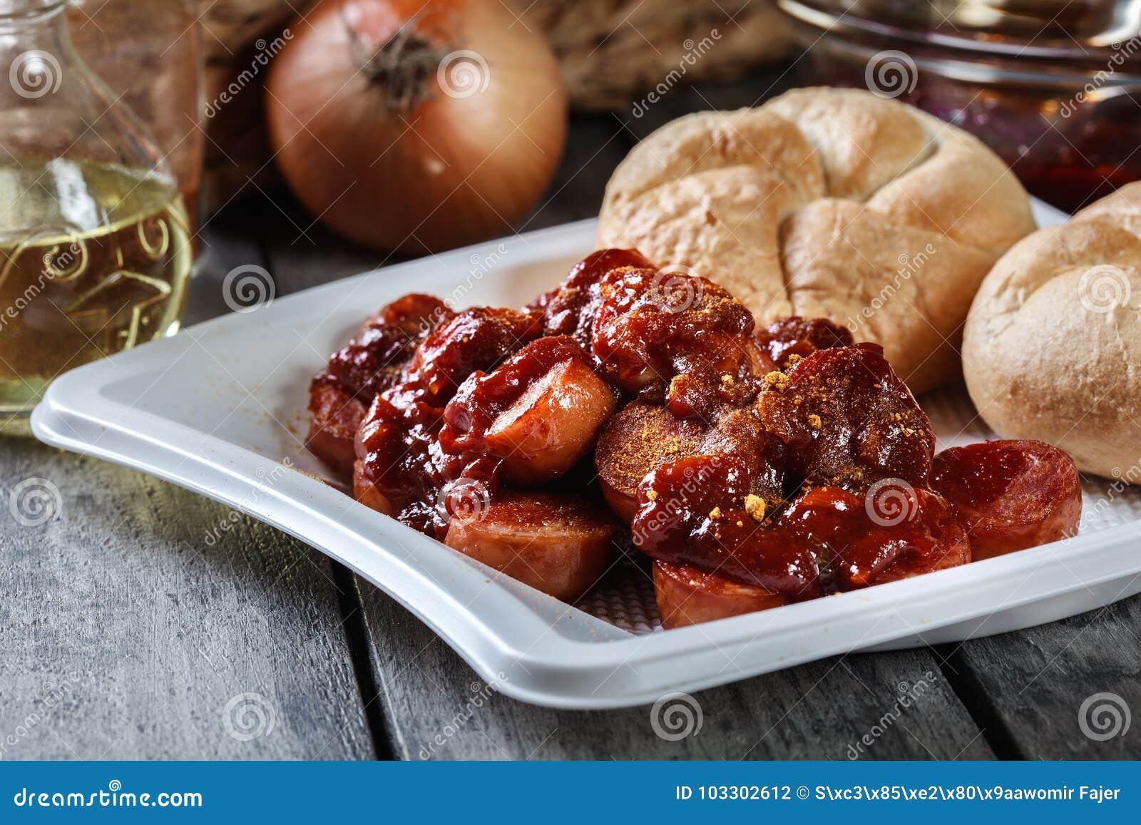 Currywurst alemão delicioso - partes de salsicha com molho de caril