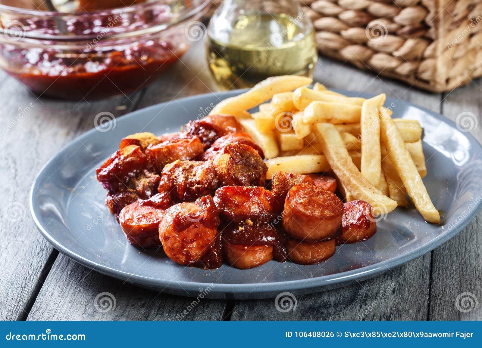 Currywurst alemão tradicional - partes de salsicha com molho de caril