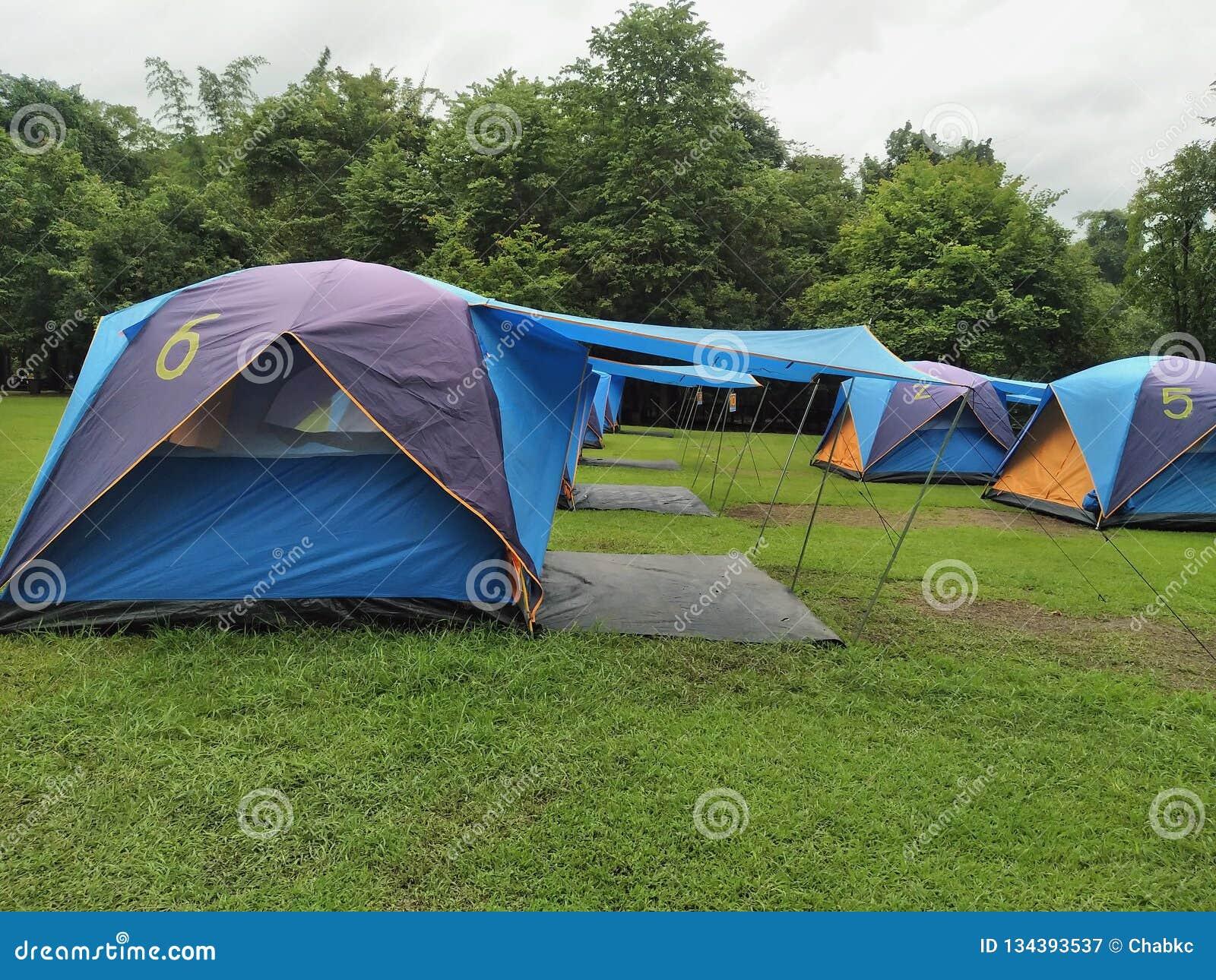 Curso, barracas de acampamento na estação das chuvas