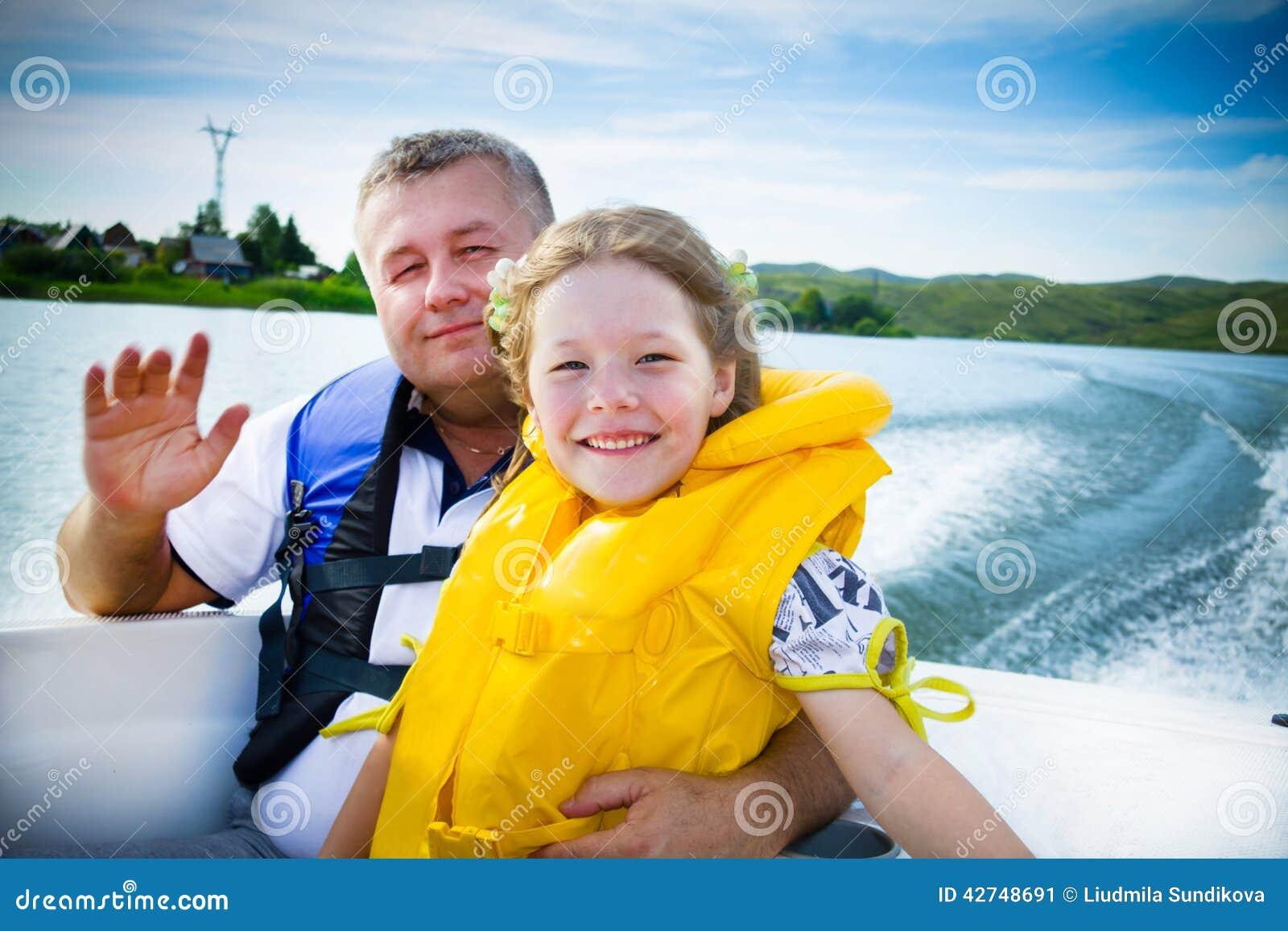 Curso das crianças na água no barco