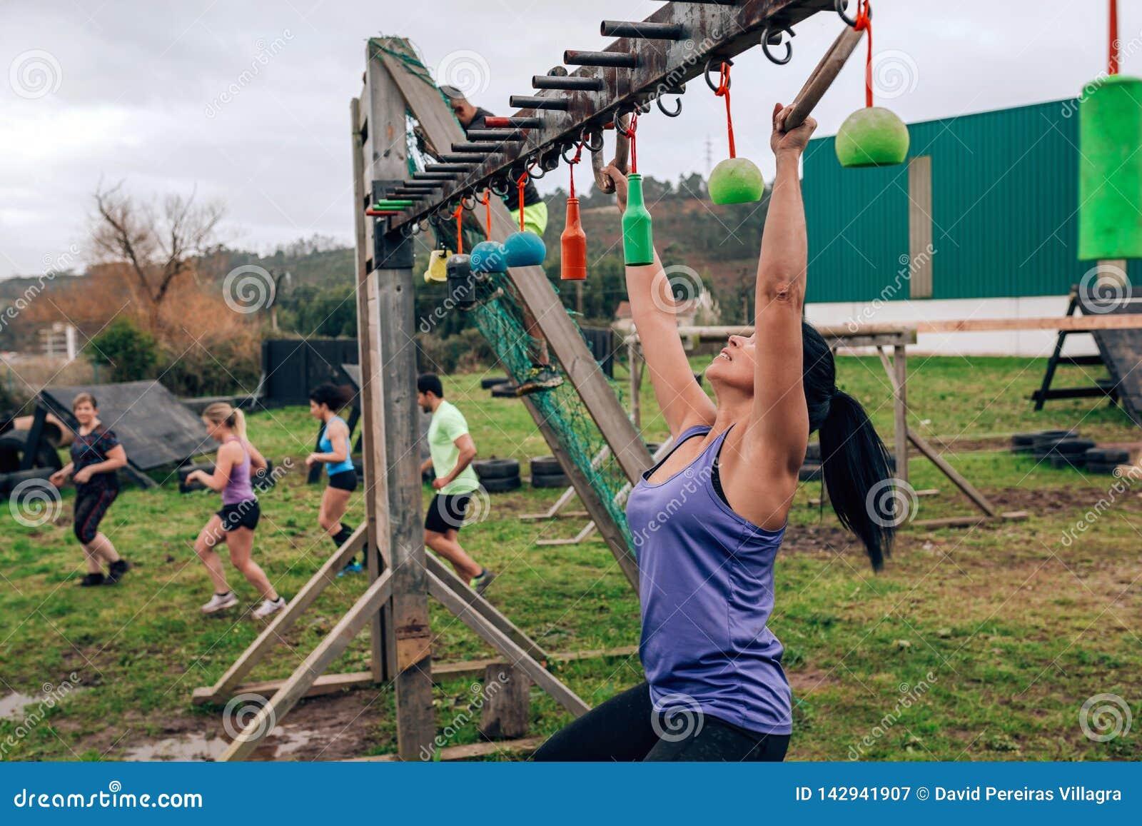 Curso de obstáculo do participante que faz a suspensão