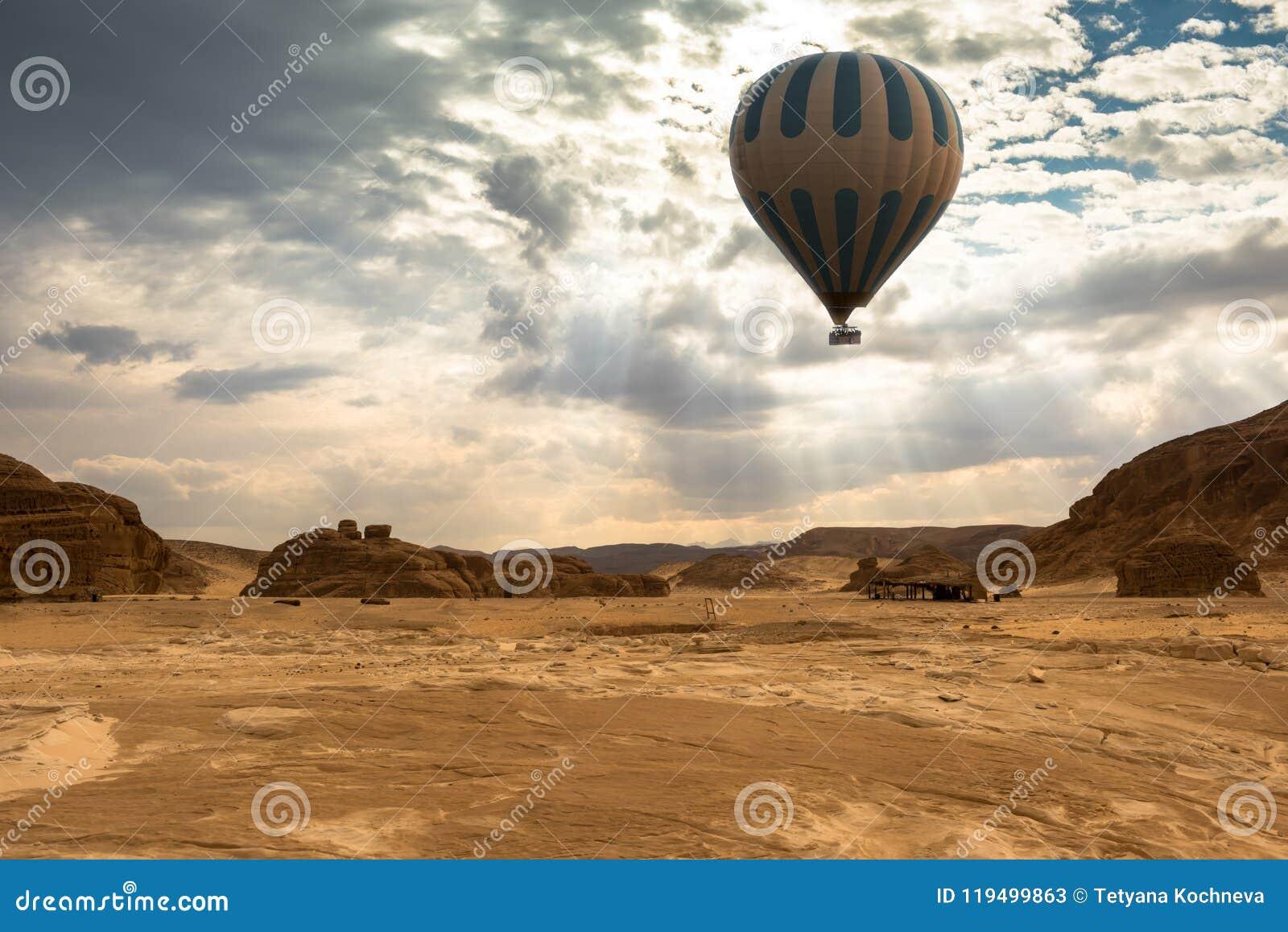 Curso do balão de ar quente sobre o deserto