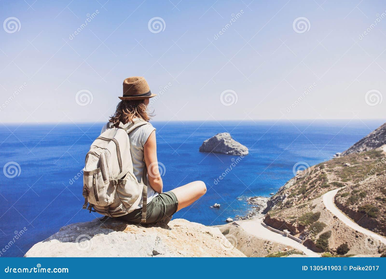 Curso e conceito ativo do estilo de vida Viajante fêmea que olha o mar
