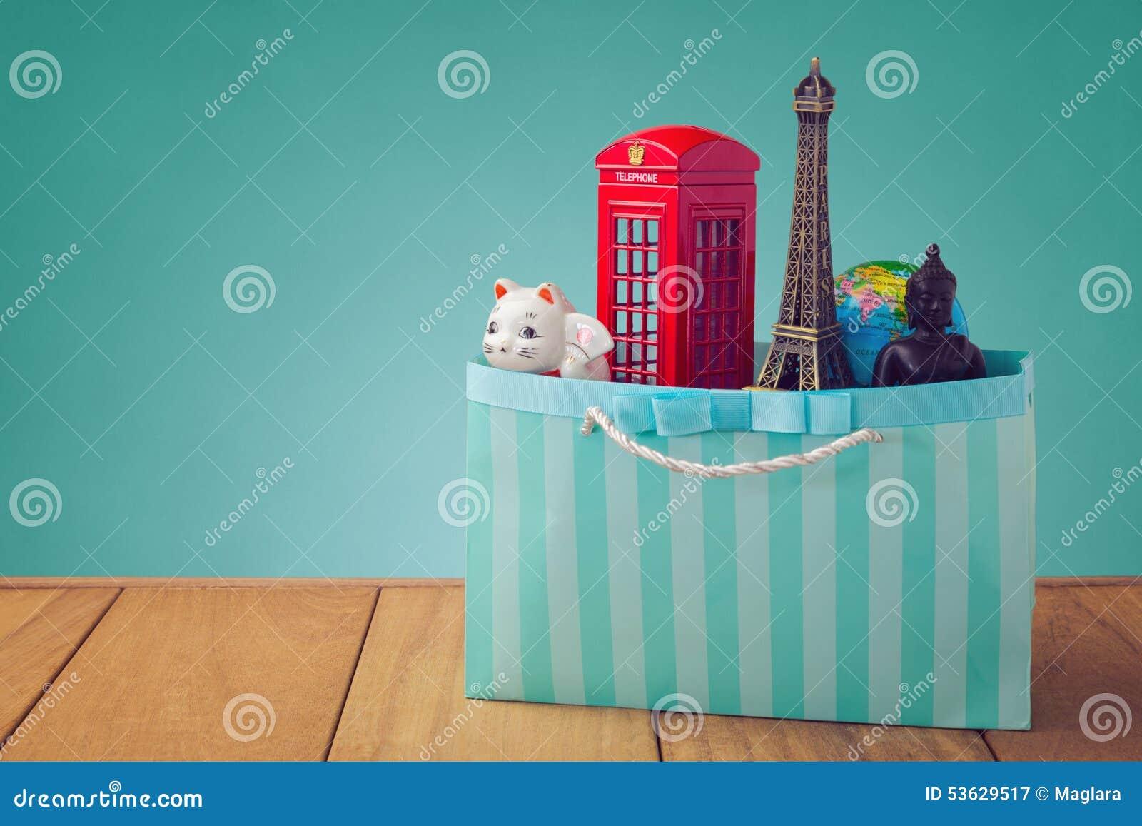Curso em torno do conceito do mundo Lembranças de todo o mundo no saco de compras