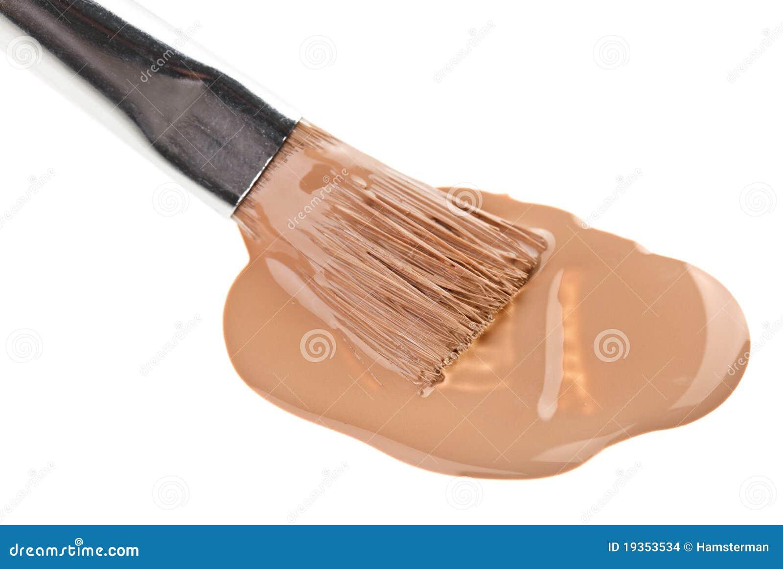 Curso líquido bege da composição da fundação com escova