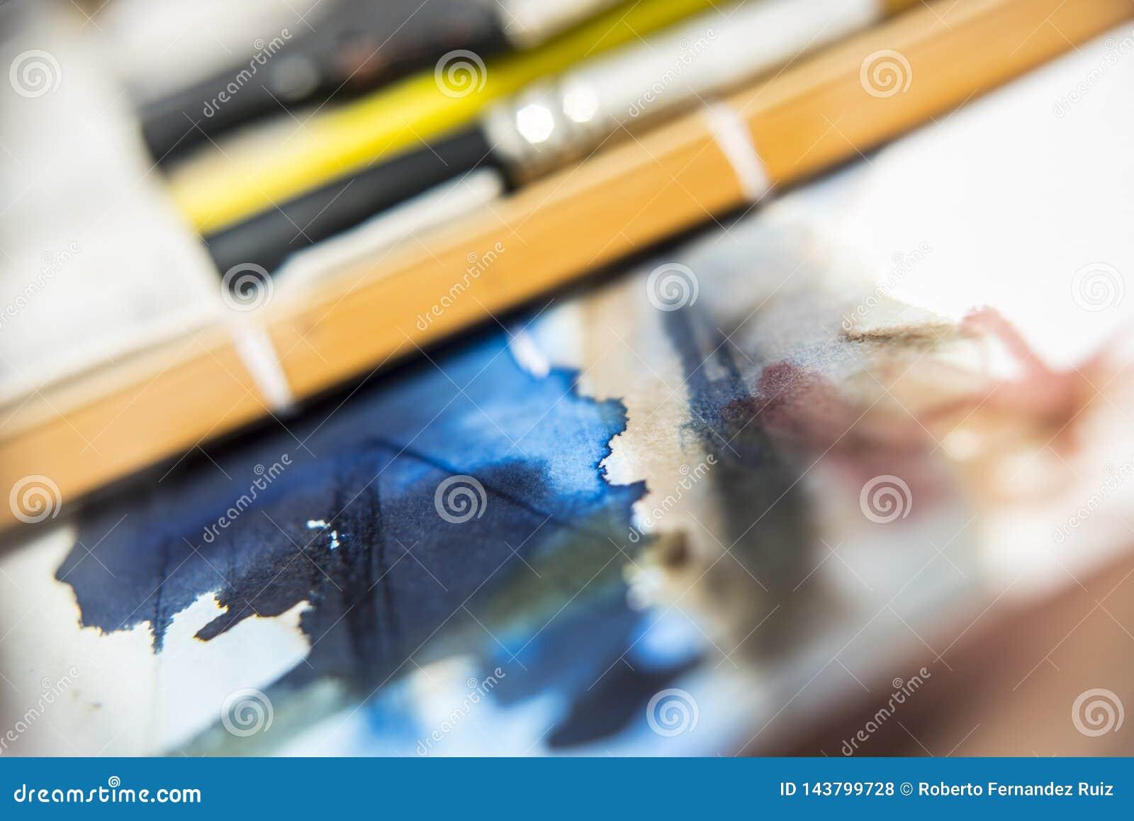 Cursos da aquarela no Livro Branco com escovas e junco